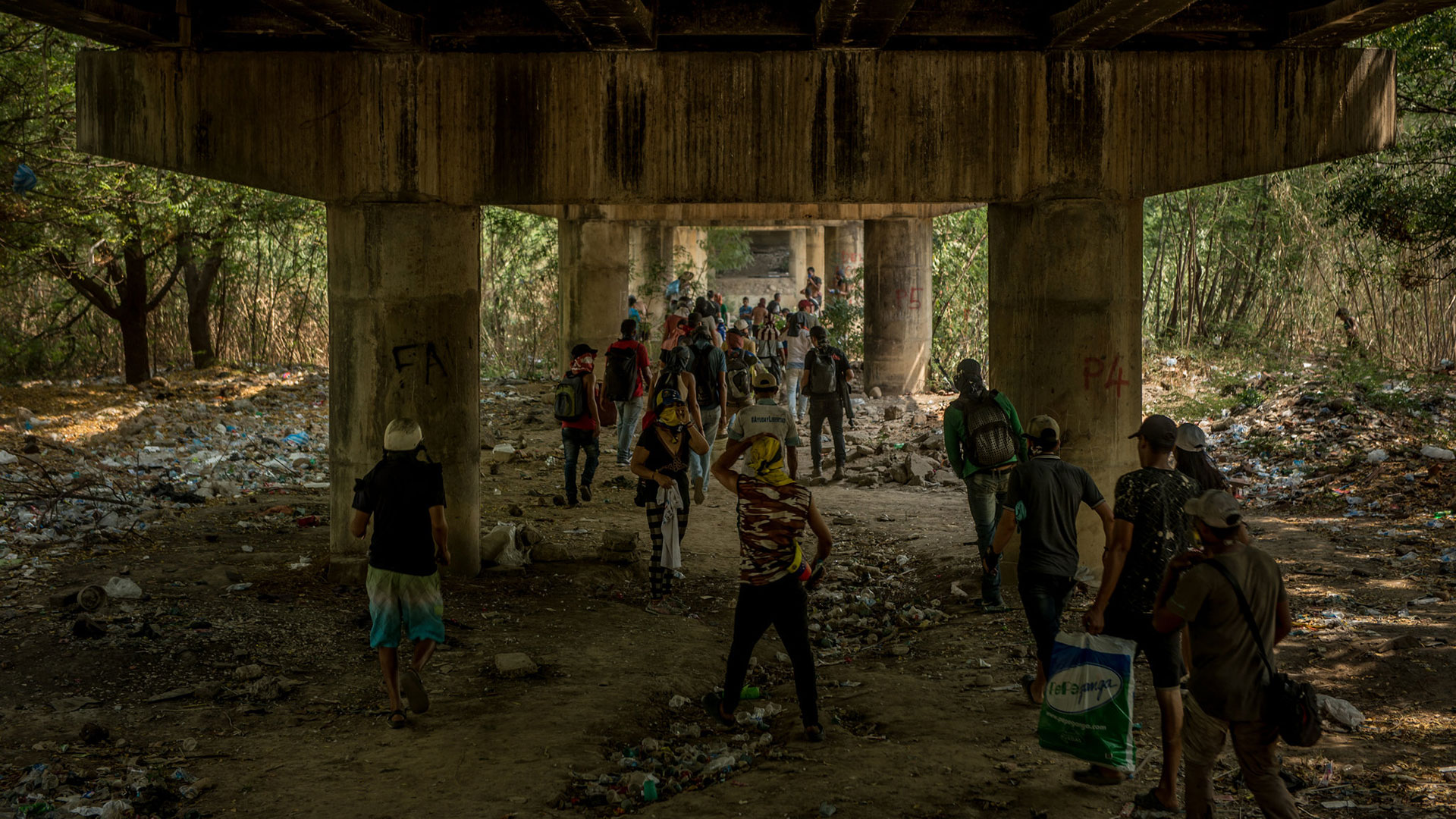 El régimen bloqueó el paso fronterizo con Colombia (The New York Times)