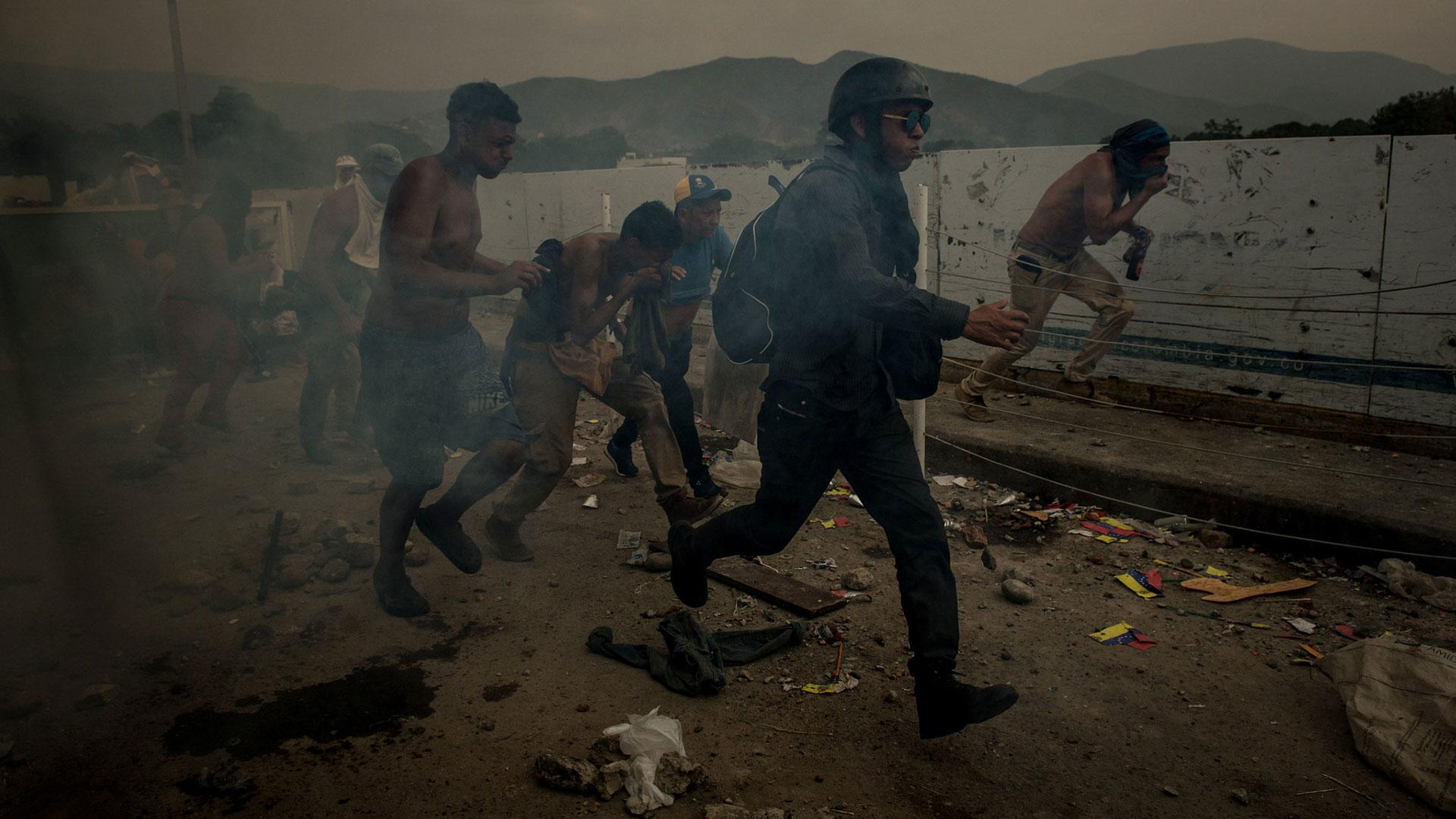 Manifestantes chocan con las fuerzas de seguridad del régimen chavista (The New York Times)