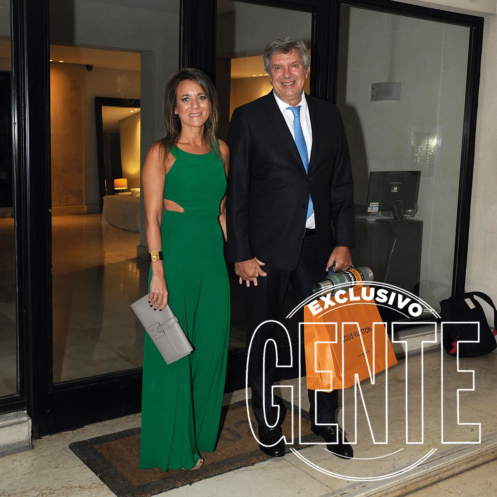 El doctor Mauricio D'Alessandro y su esposa, la abogada Mariana Gallego, con termo de regalo.