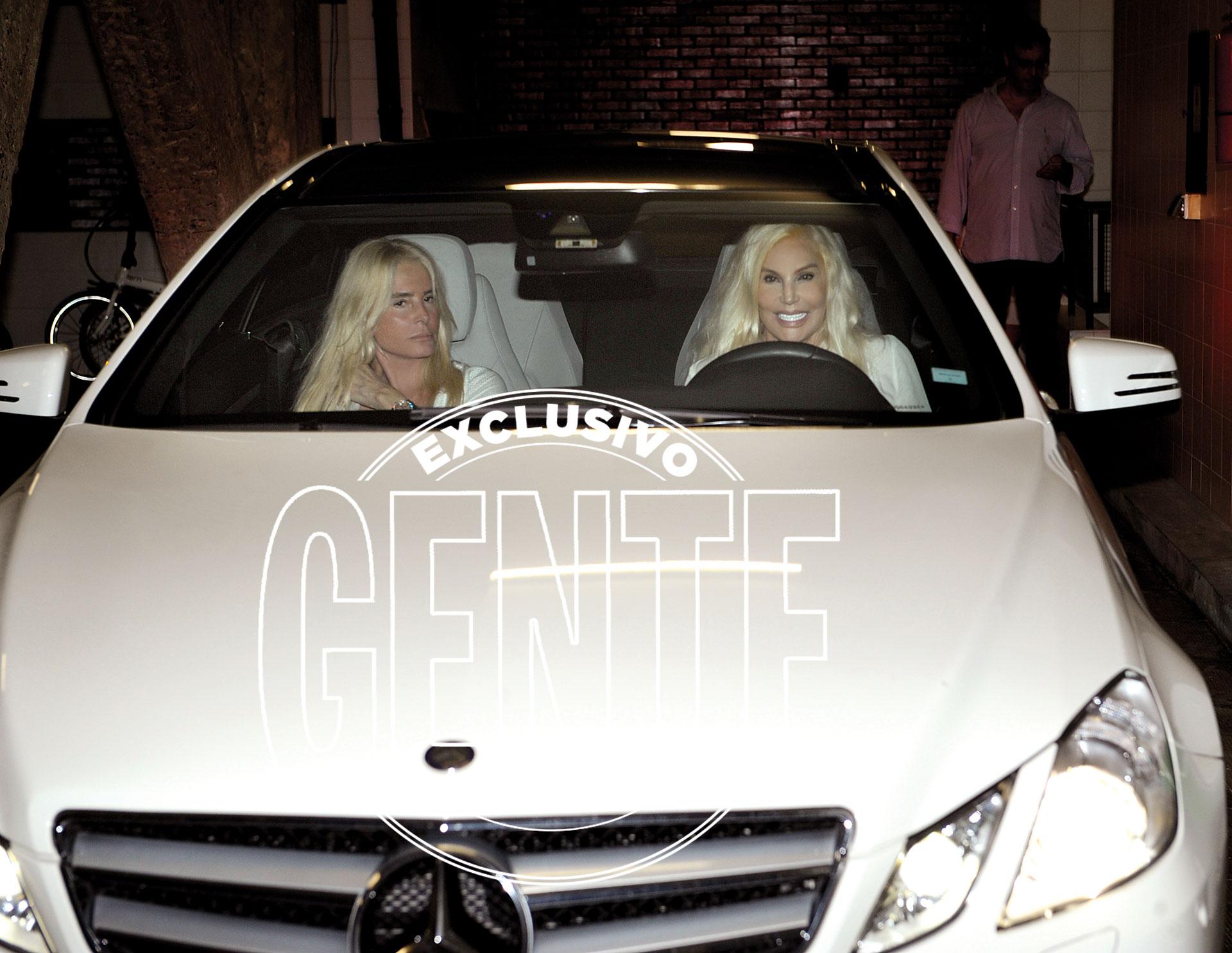 Susana llegó al volante de su Mercedes Benz, junto a su hija Mecha Sarrabayrouse.