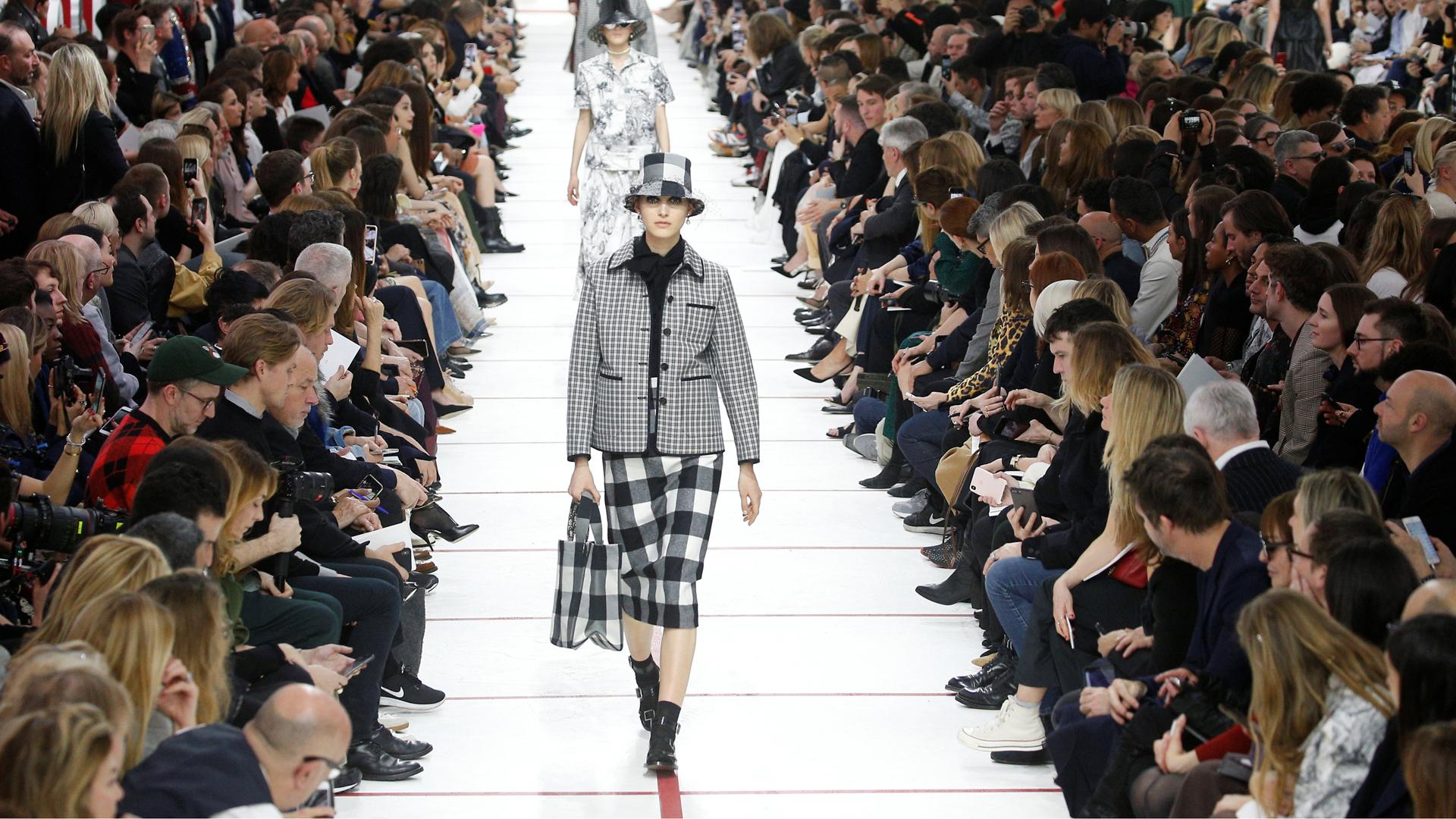 Maria Grazia Chiuri presentó la colección de invierno de Dior donde predominó el cuadrill y se llevó todos los aplausos de los parisinos. La recreación de los años 50 y la inspiración británica fueron el eje de la nueva colección de la diseñadora italiana