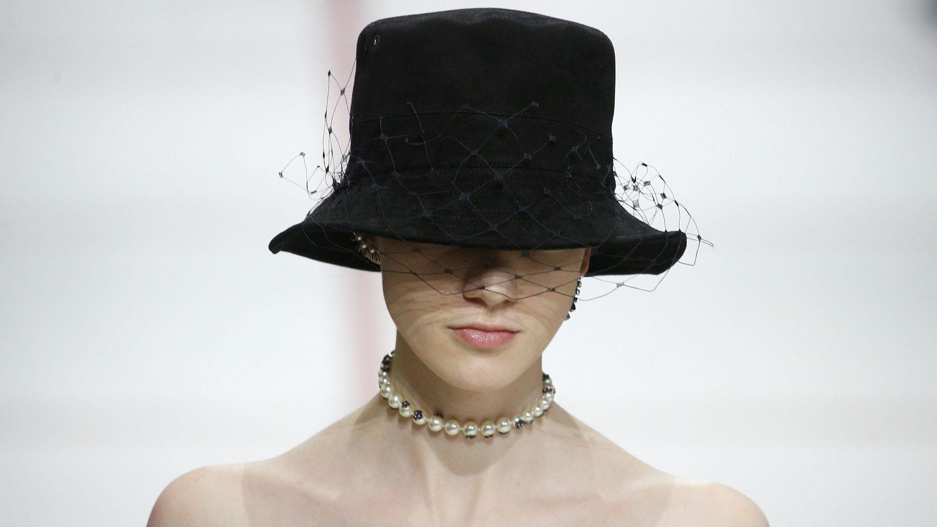 Los sombreros con red y plumetí fueron los principales accesorios del desfile del ready-to-wear de la colección otoño-invierno 2019 de Dior en París y chokers de perlas, como collares de accesorios y aros en toda la oreja