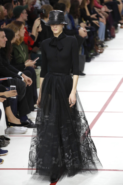Total black. Remera de punto abotonada con lazo y mangas 3/4 y falda larga de tul pintada y bordada, con moño de seda.