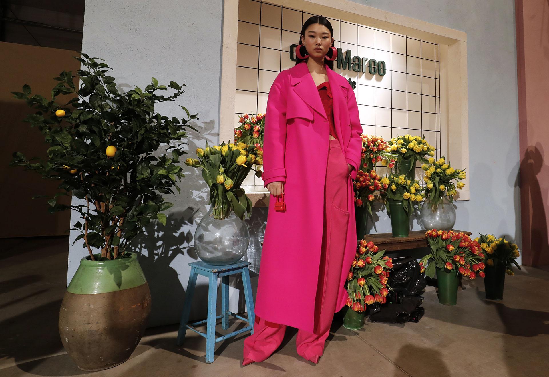 Pantalones, maxi tapados hasta el tobillo, y blusas, un clásico en todos los colores. La firma parisina presentó al fucsia como un color para la colección de otoño-invierno 2019/2020