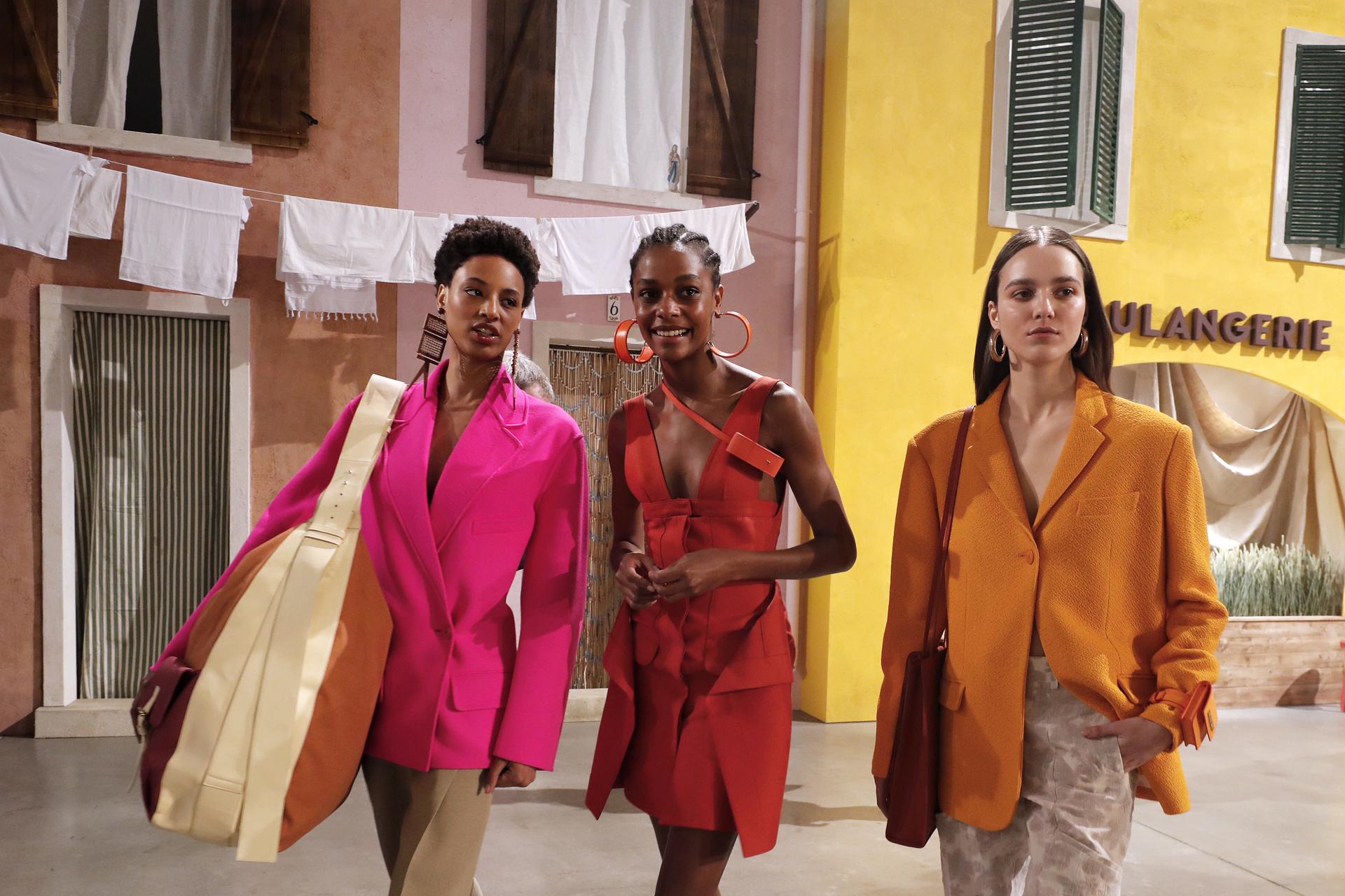Maxi bolsos, carteras, sobres y aros, zapatos una colección completa y colorida dio comienzo a la última semana de la moda en la cuna de la moda