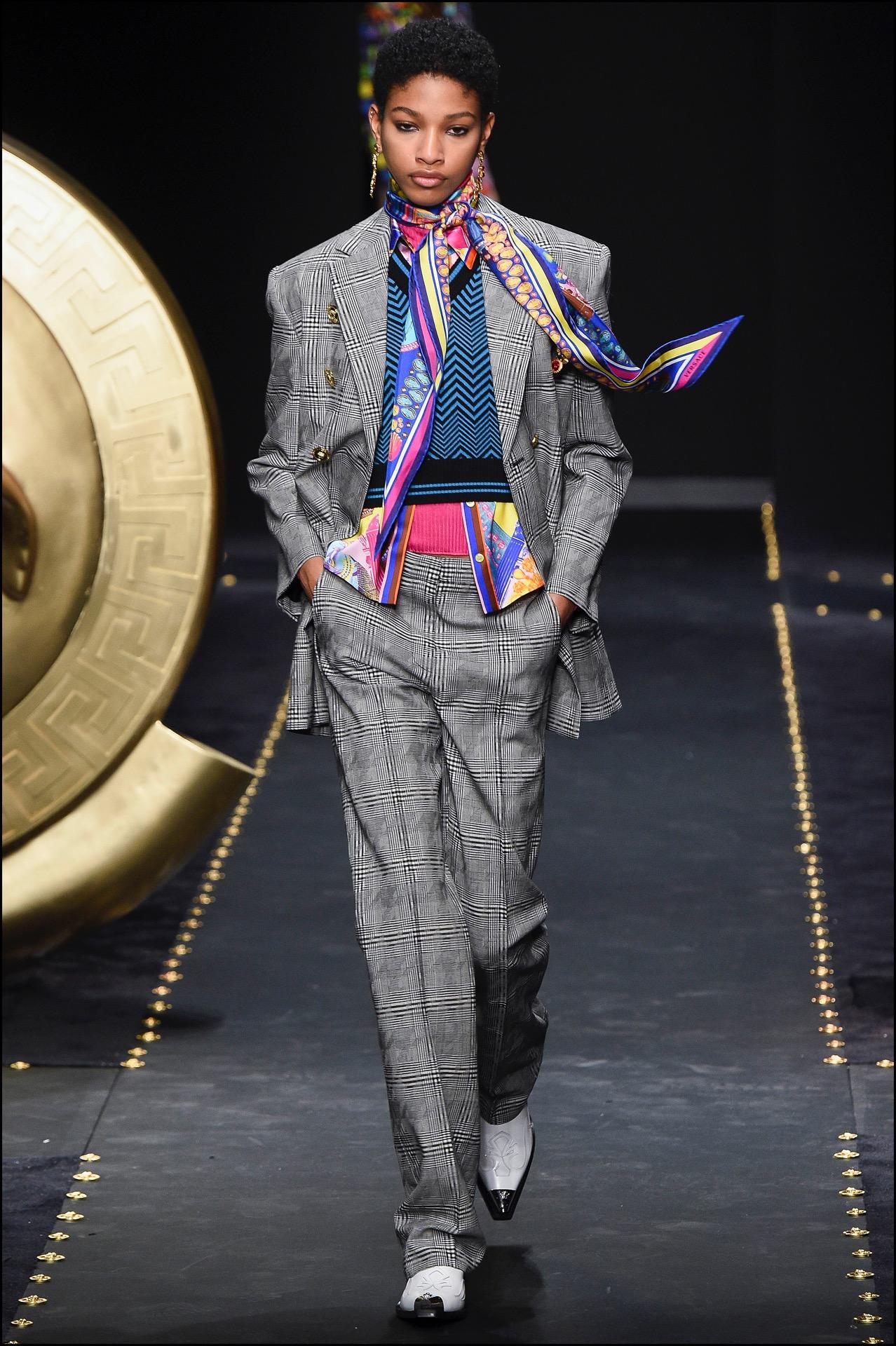 Trajes sastre combinados con camisas coloridas y pañuelos.