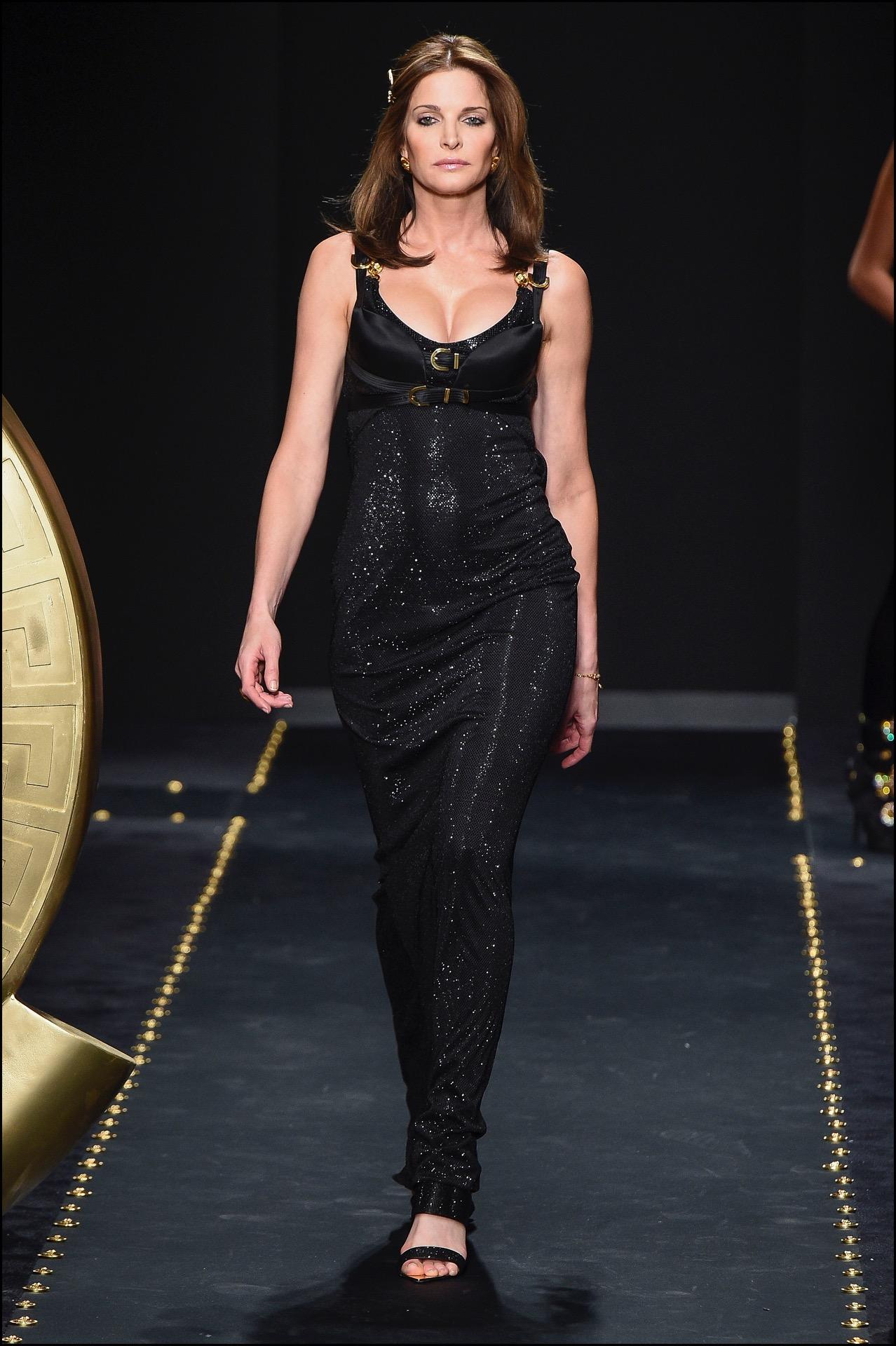 La ex modelo Stephanie Seymour cerró el desfile.