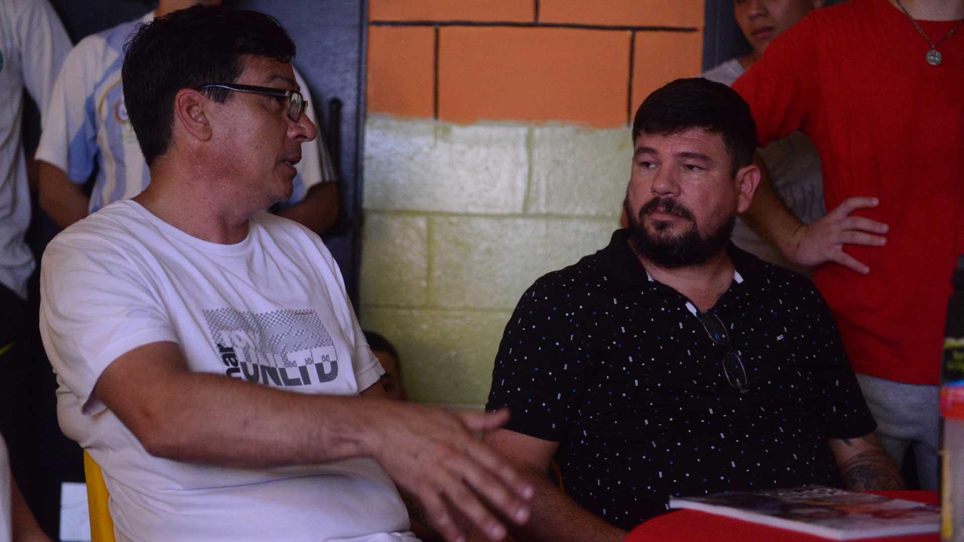 Oscar Cajal y Julio Fuque, durante la visita a la U47, en el pabellón 1. Foto: Fernando Calzada/DEF.