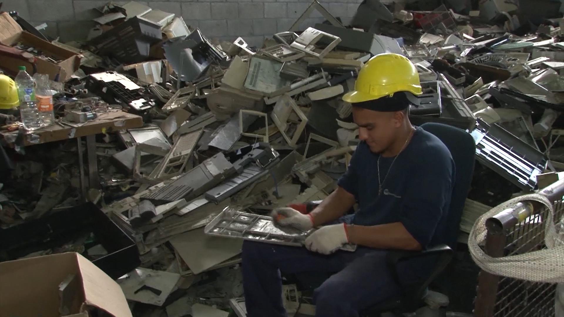 La separación de los componenteselectrónicos que tiene la basura se hace en forma manual