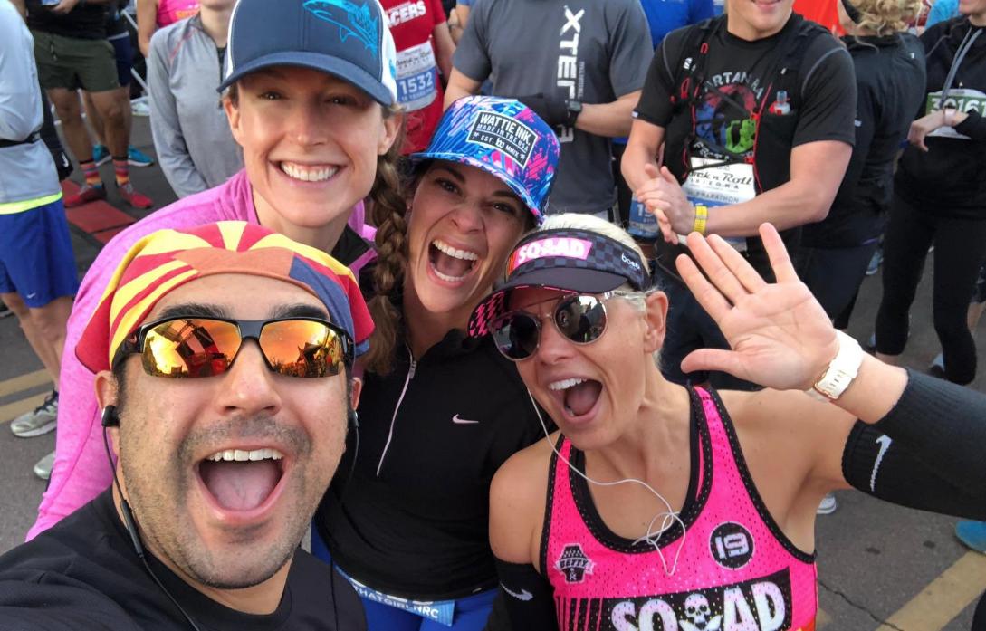 Kyrsten Sinema y otros maratonistas en la competencia Sprouts Mesa-Phoenis (Twitter)