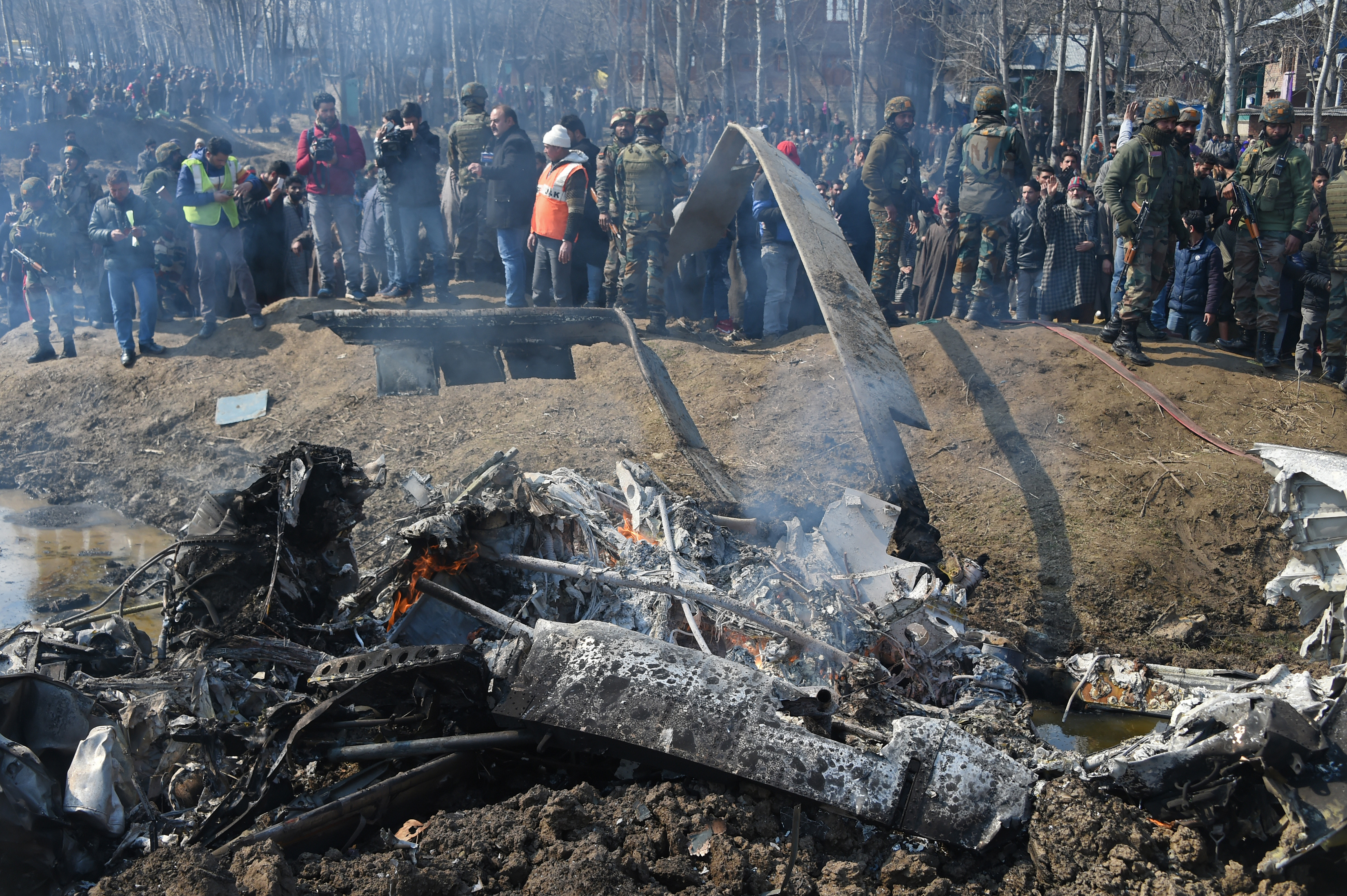 Los restos de un helicóptero Mil-17 que cayó en el lado indio de la frontera (Photo by Tauseef MUSTAFA / AFP)