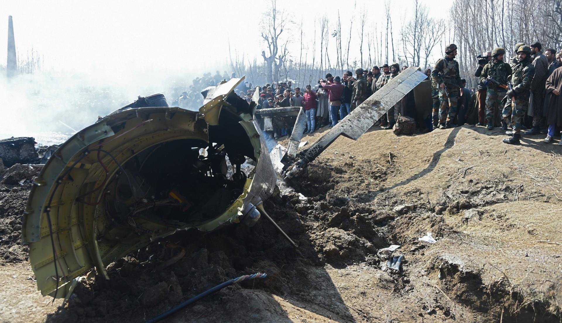 Soldados indios revisan los restos de un avión de la Fuerza Aérea derribado en territorio indio (AFP)