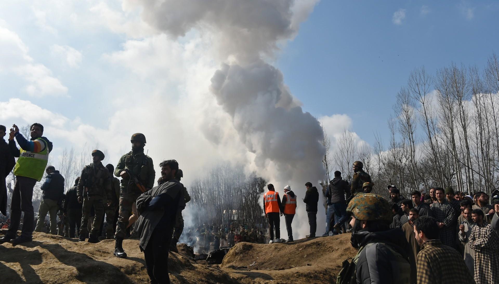 Soldados indios revisan los restos de una nave caída en las afueras de Srinagar (AFP)