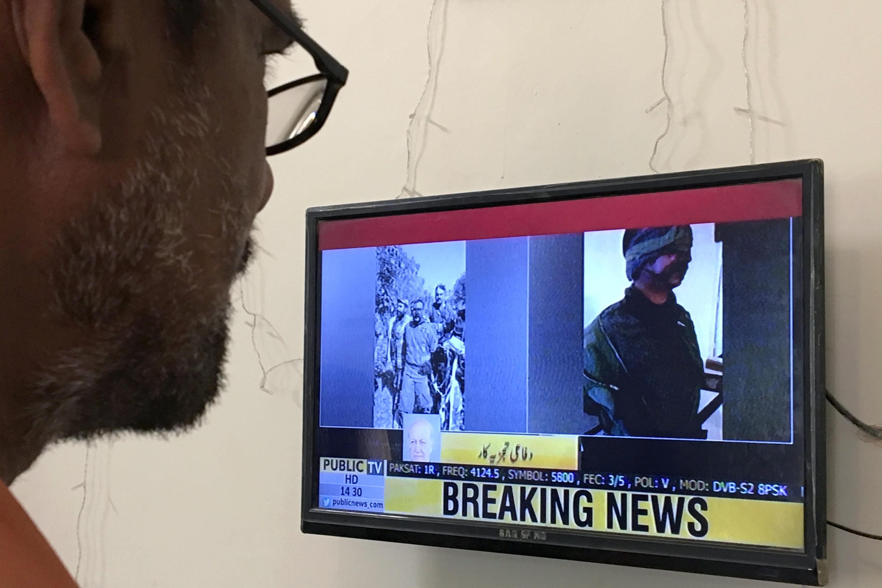 La televisión paquistaní muestra a dos pilotos indios, presuntamente capturados tras el derribo de los aviones (REUTERS/Akhtar Soomro)