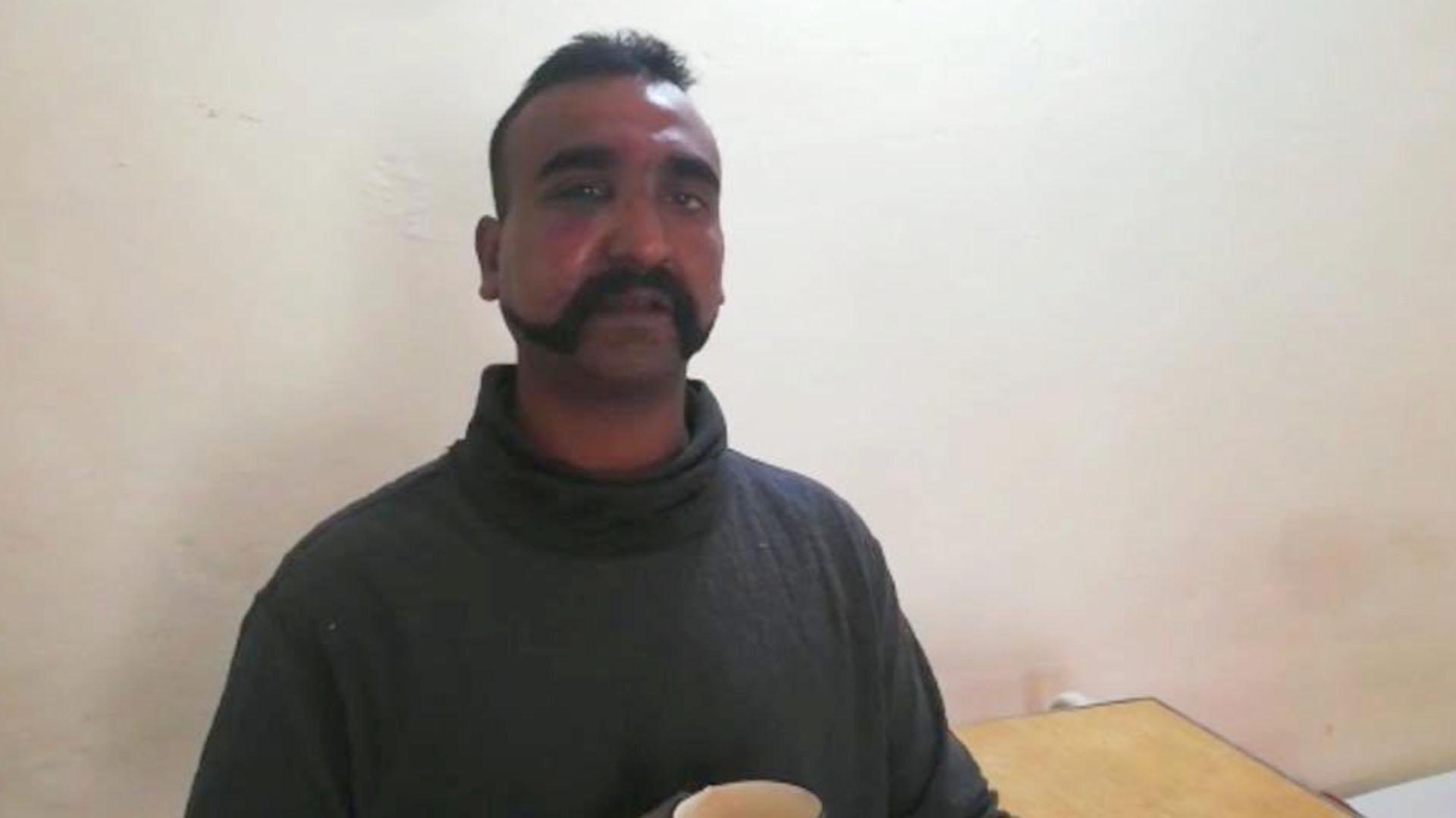 El piloto indio capturado por Pakistán y luego liberado. (@OfficialDGISPR)