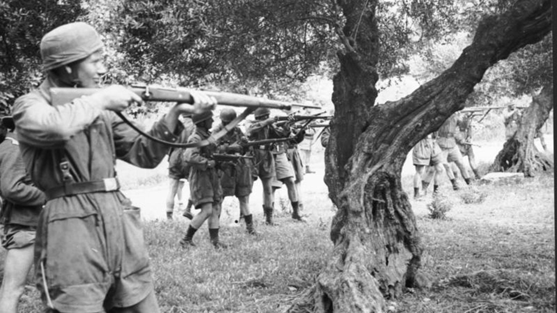 Los paracaidistas alemanes fusilaron a centenares de cretenses tras la batalla de Creta en represalia por la gran resistencia de los habitantes locales a la ocupación Nazi de la isla.
