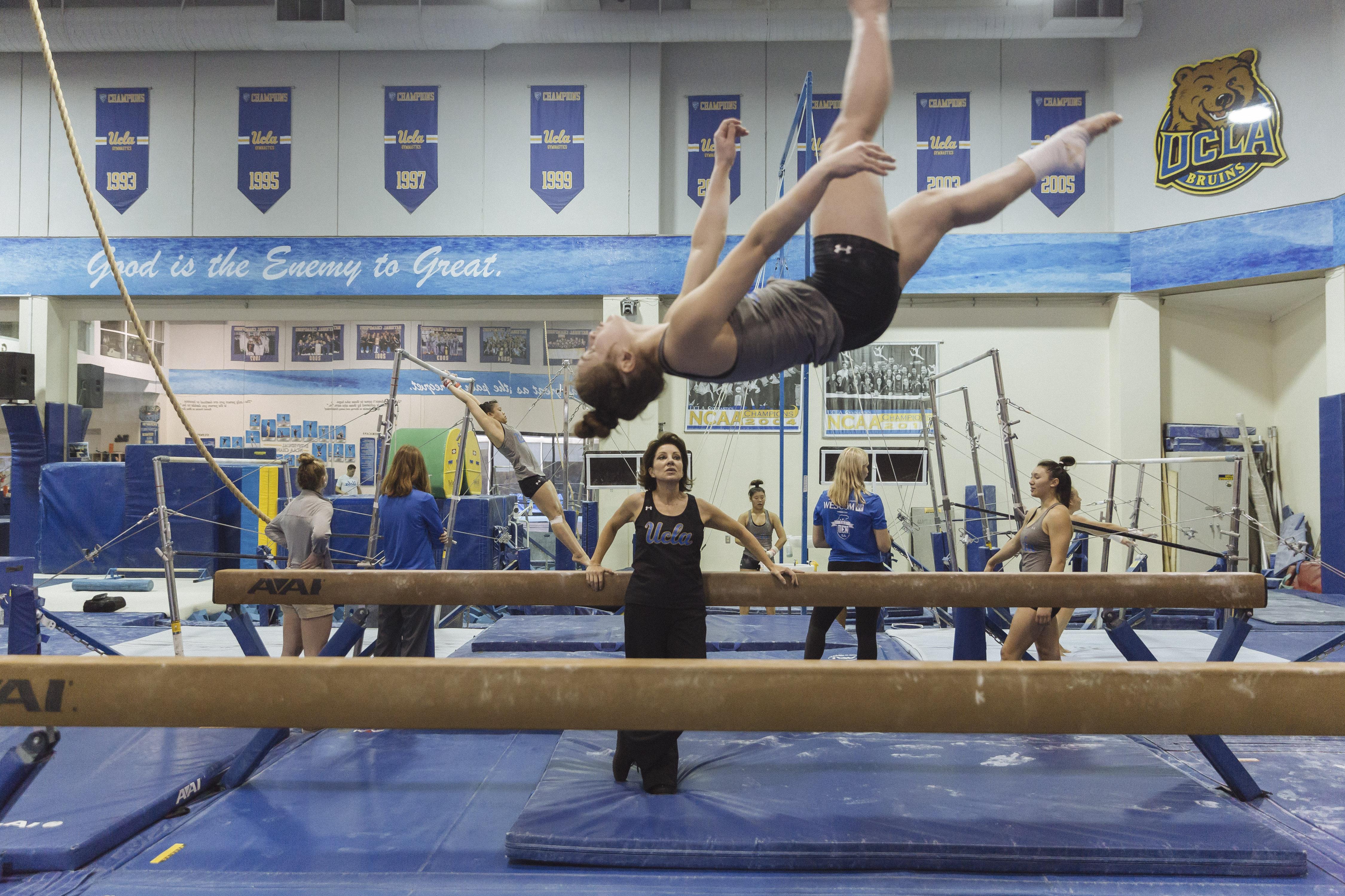 Valorie Kondos Field, Miss Val, supervisa la rutina de una de las gimnastas de la Universidad de California, campus Los Ángeles (UCLA). Foto: Kayla Reefer para The New York Times