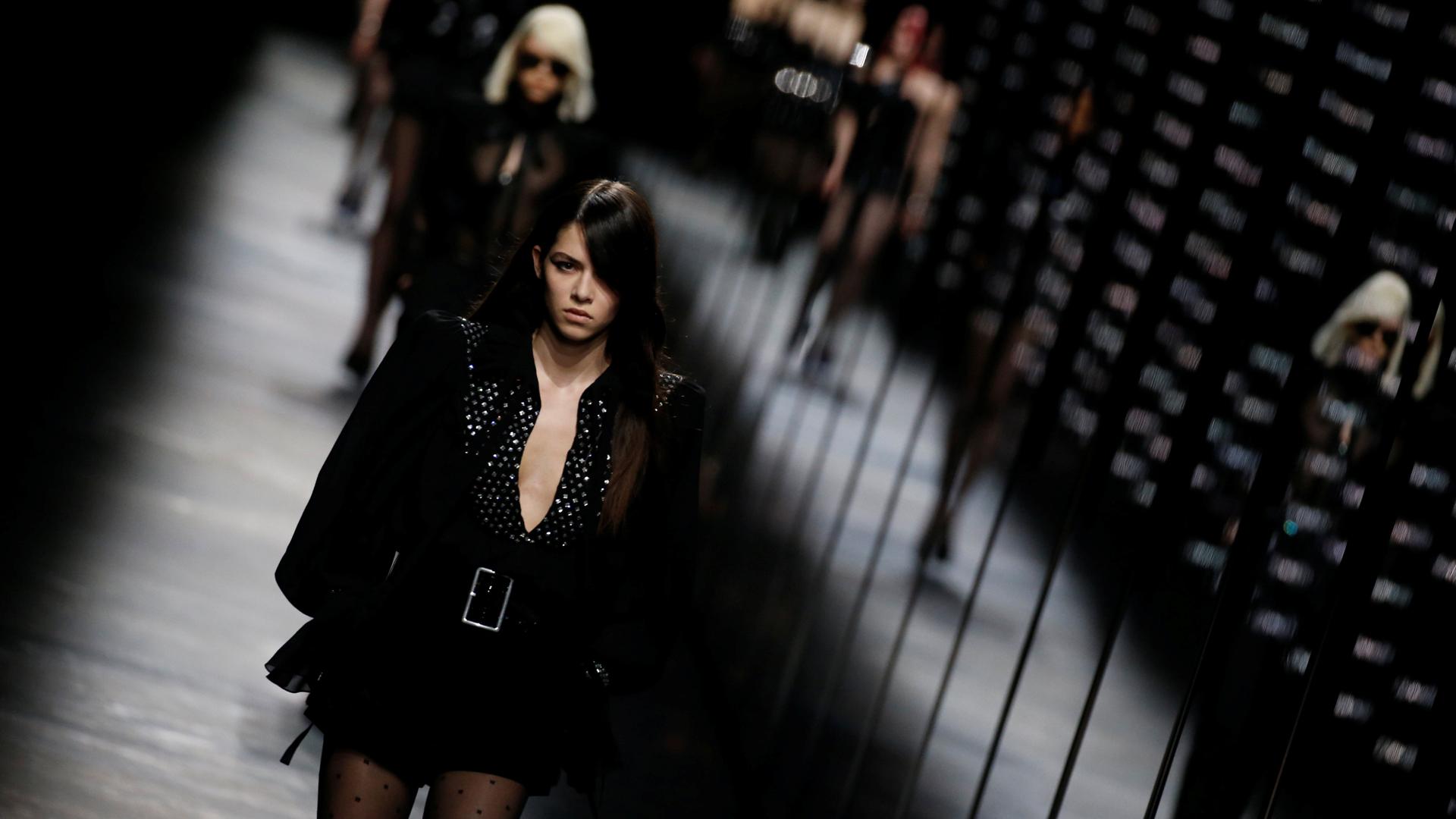 Anthony Vaccarello presentó la nueva colección otoño-invierno 2019/2020 de Saint Laurent en la Semana de la Moda en París