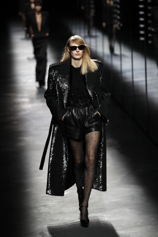 Maxi tapados de paillettes como hit de la colección de Saint Laurent para completar el look de femme fatale con el short de cuero y tiro alto