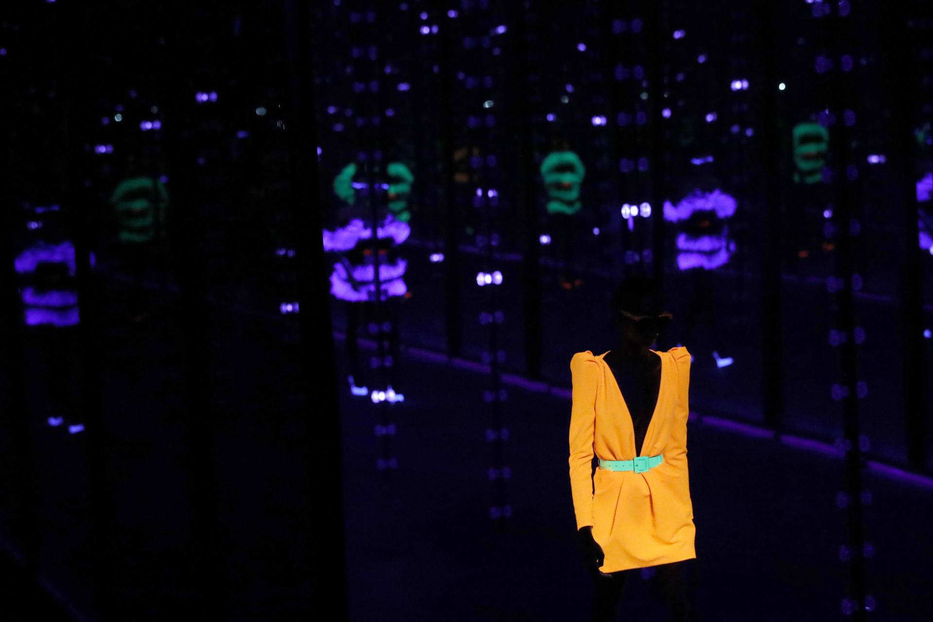 Vestidos sastreros, la última moda neón de Saint Laurent para el otoño-invierno 2019/2020