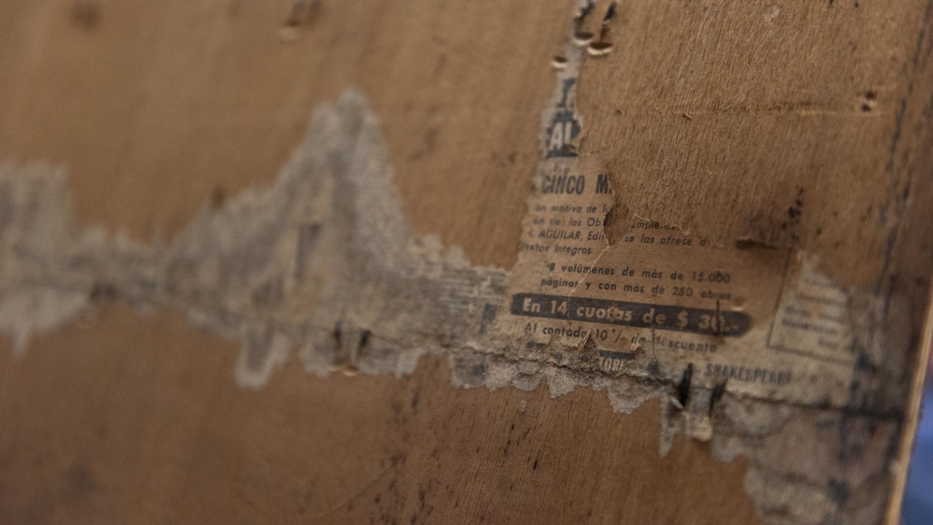 Un hallazgo: recortes de diarios detrás del capitoné de las puertas