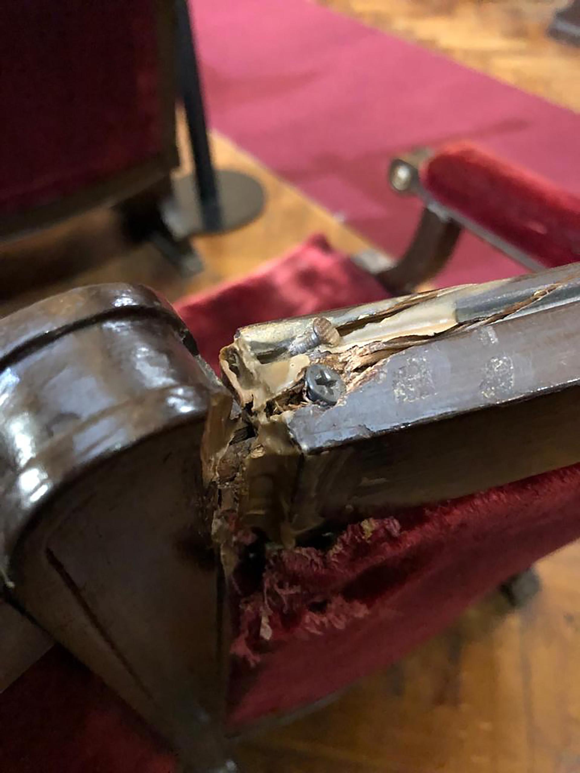 Gran parte de las butacas estaban mal ajustadas al piso, con agujeros por sucesivos tornillos mal colocados; los tapizados estaban viejos, descoloridos y rotos, los rellenos vencidos y las maderas rotas