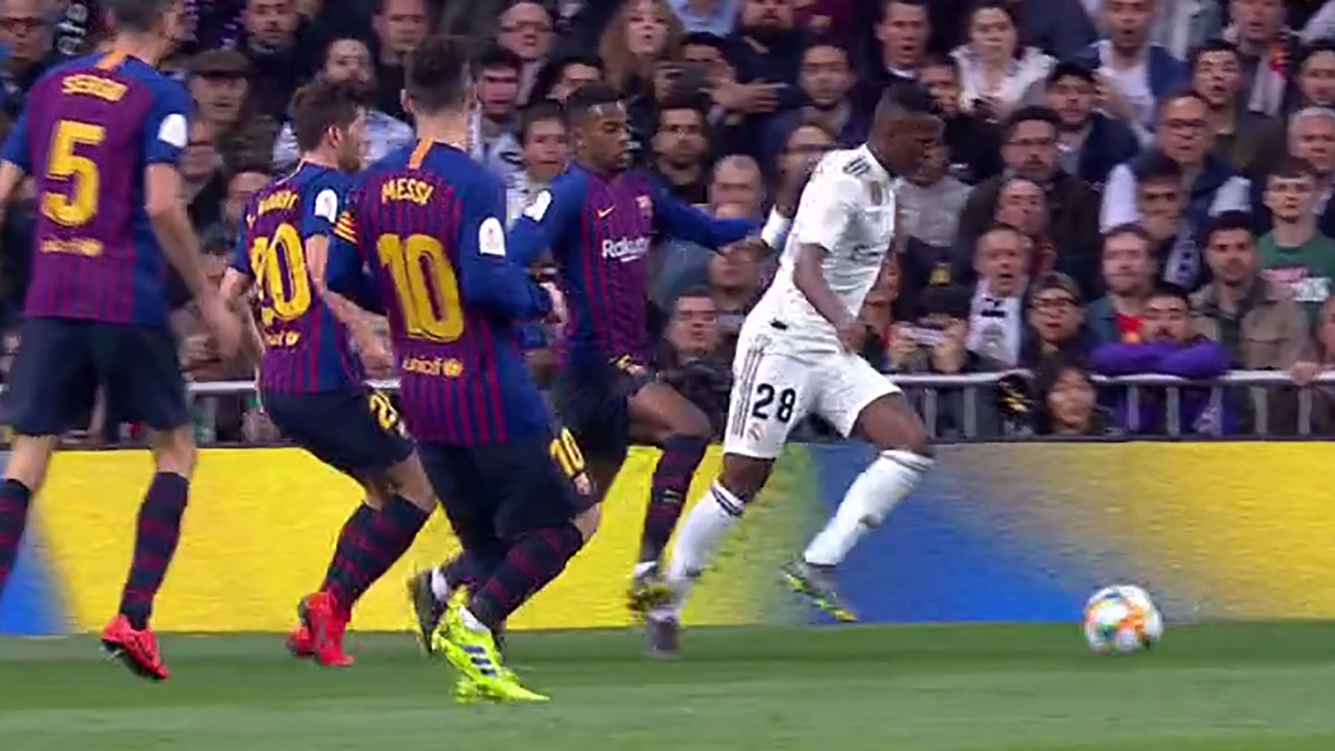 Otro ángulo que muestra claramente la falta del lateral del Barcelona sobre el delantero del Real Madrid