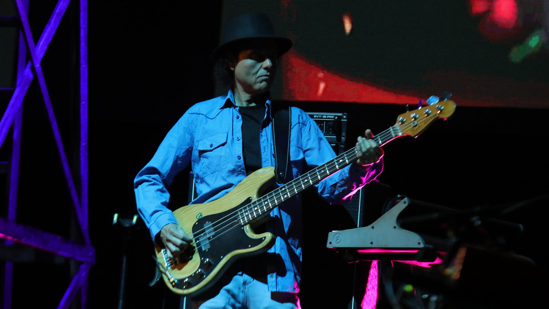 Kiuge Hayashida, el guitarrista de la banda que ya desde hace algunos años acompaña el hombre del bigote bicolor.El grupo lo completa Carlos González en el bajo