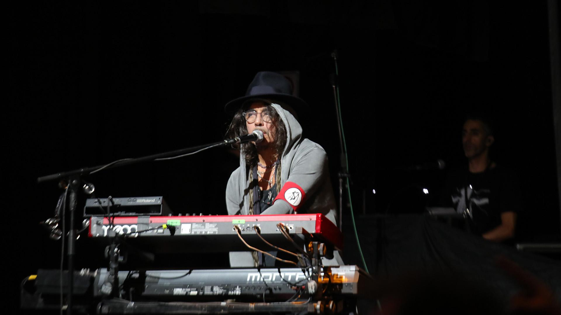 El Zorrito Fabián Von Quintiero acompañó a Charly en los teclados