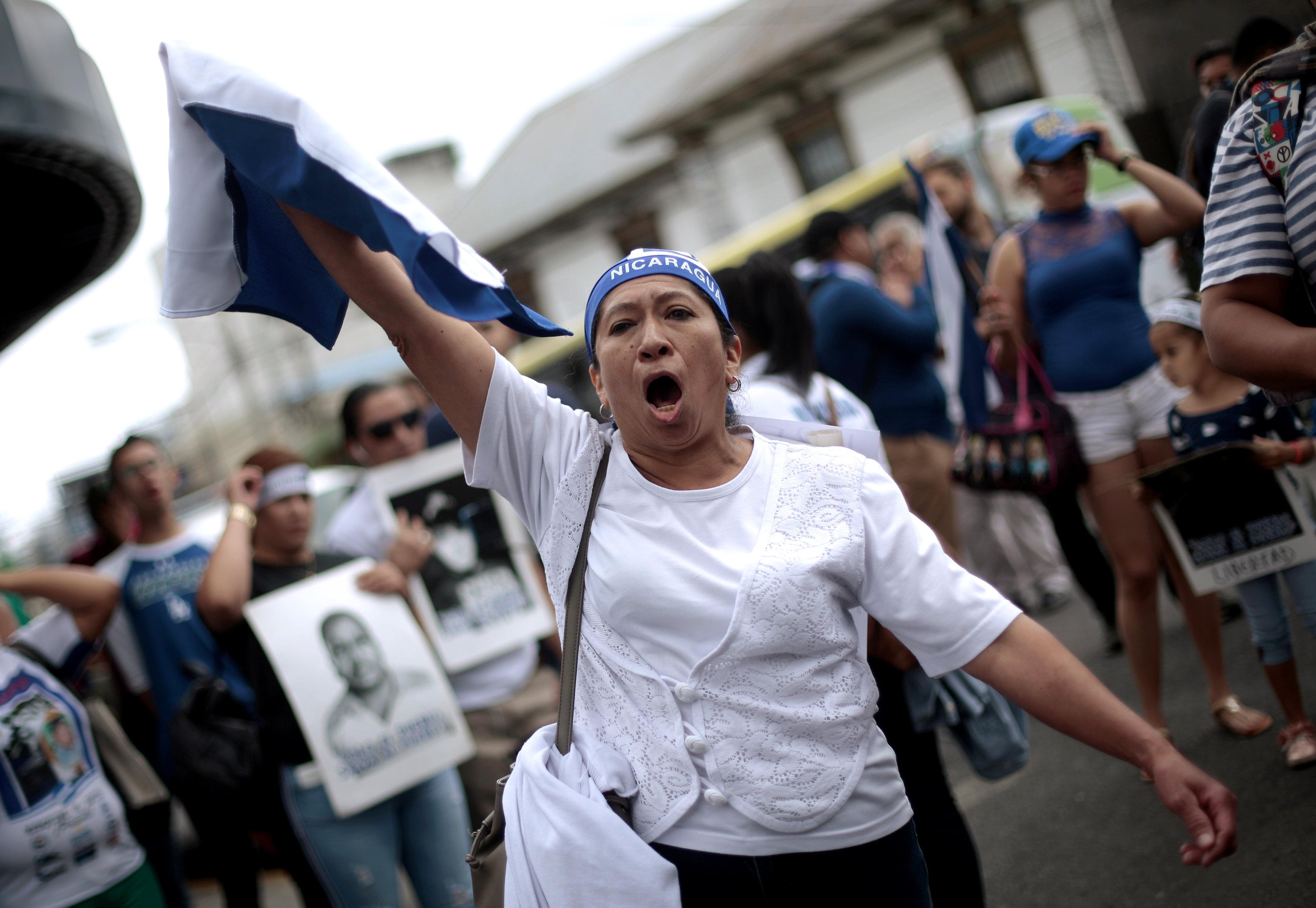 Una mujer protesta contra el régimen de los Ortega. (REUTERS/Juan Carlos Ulate)