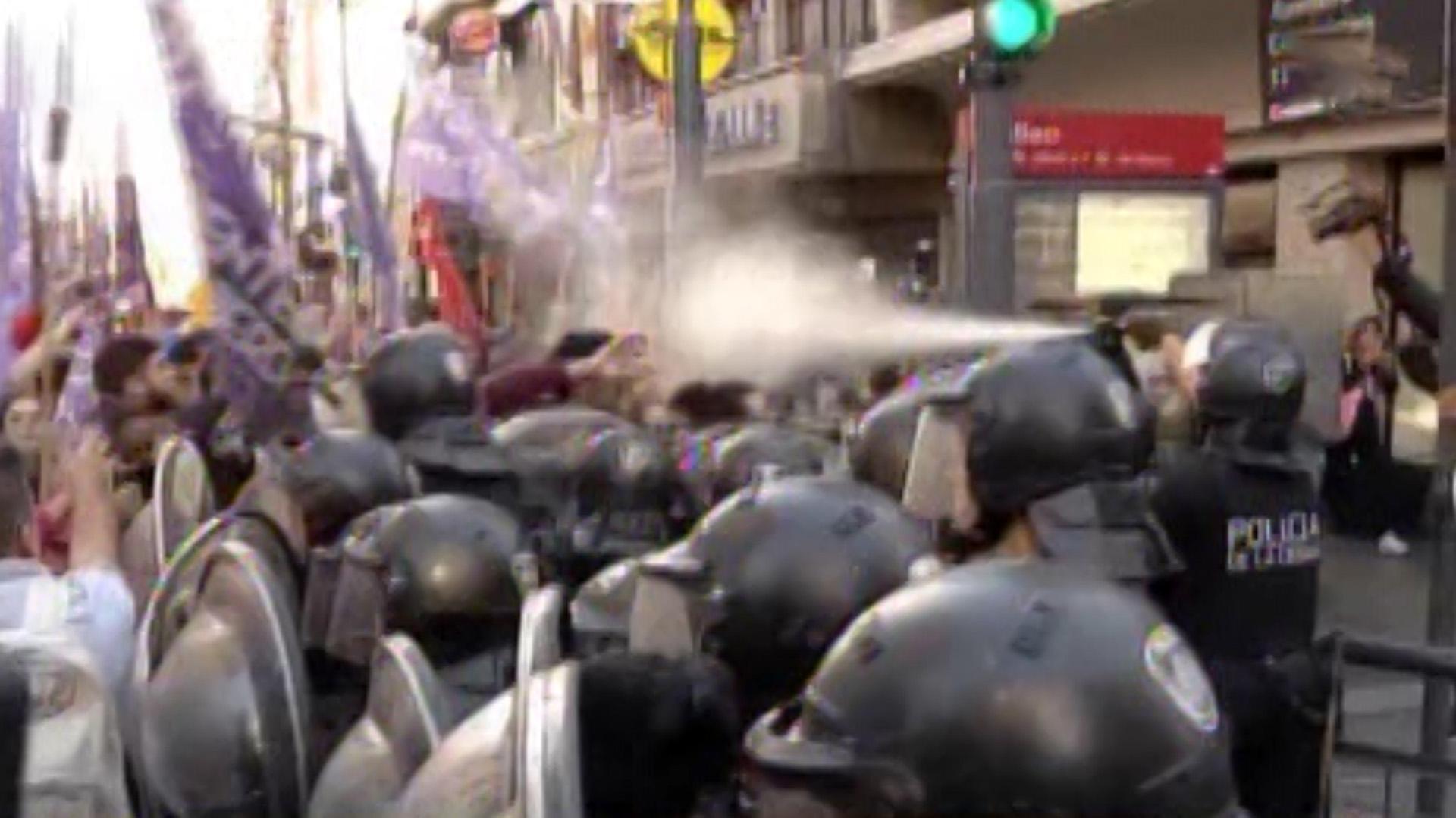 La policía desaloja a los manifestantes que cortan el tránsito sobre Corrientes (Captura de TV)