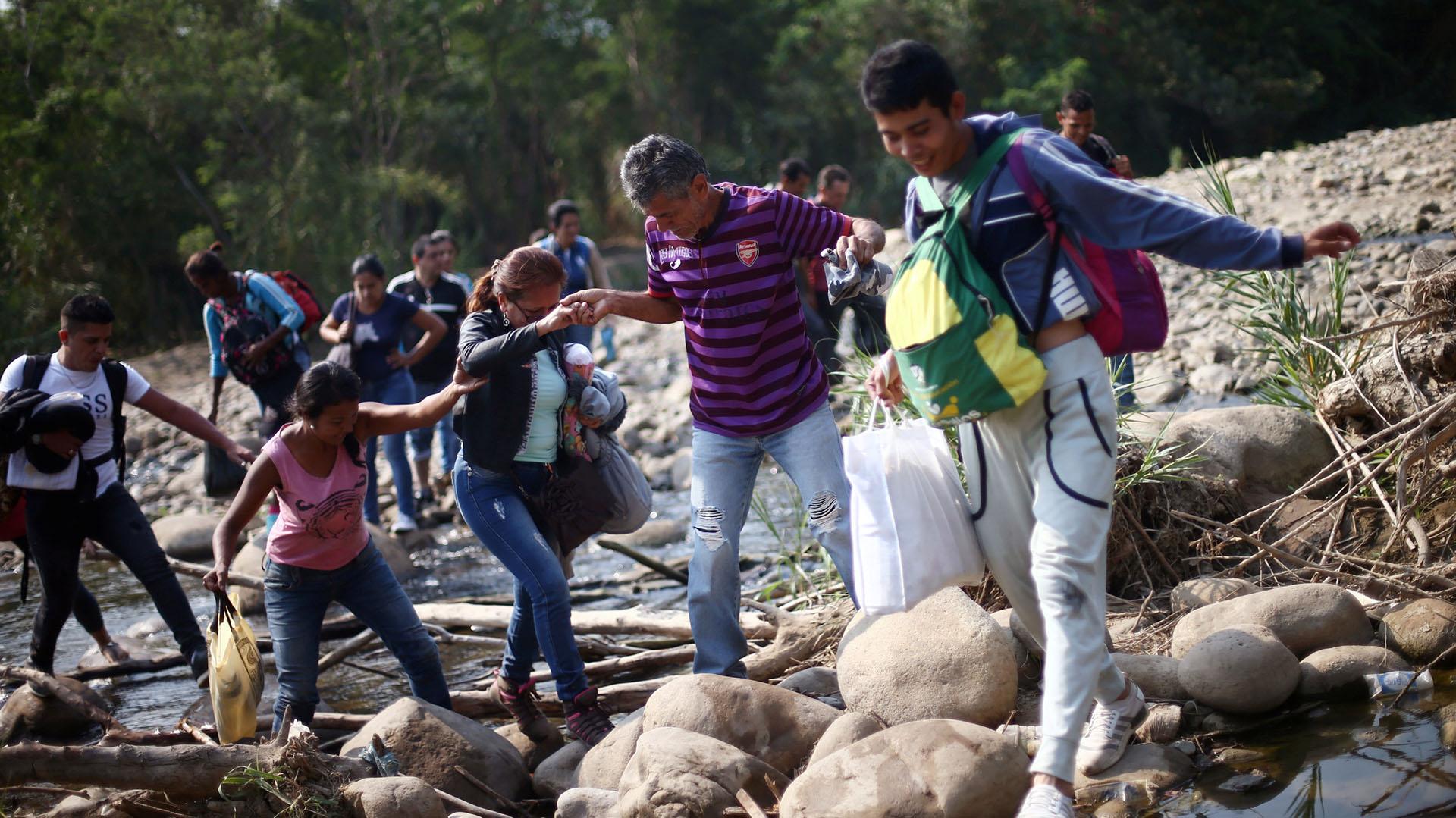Las gente cruza a Colombia a pie cruzando el río Táchira (REUTERS)