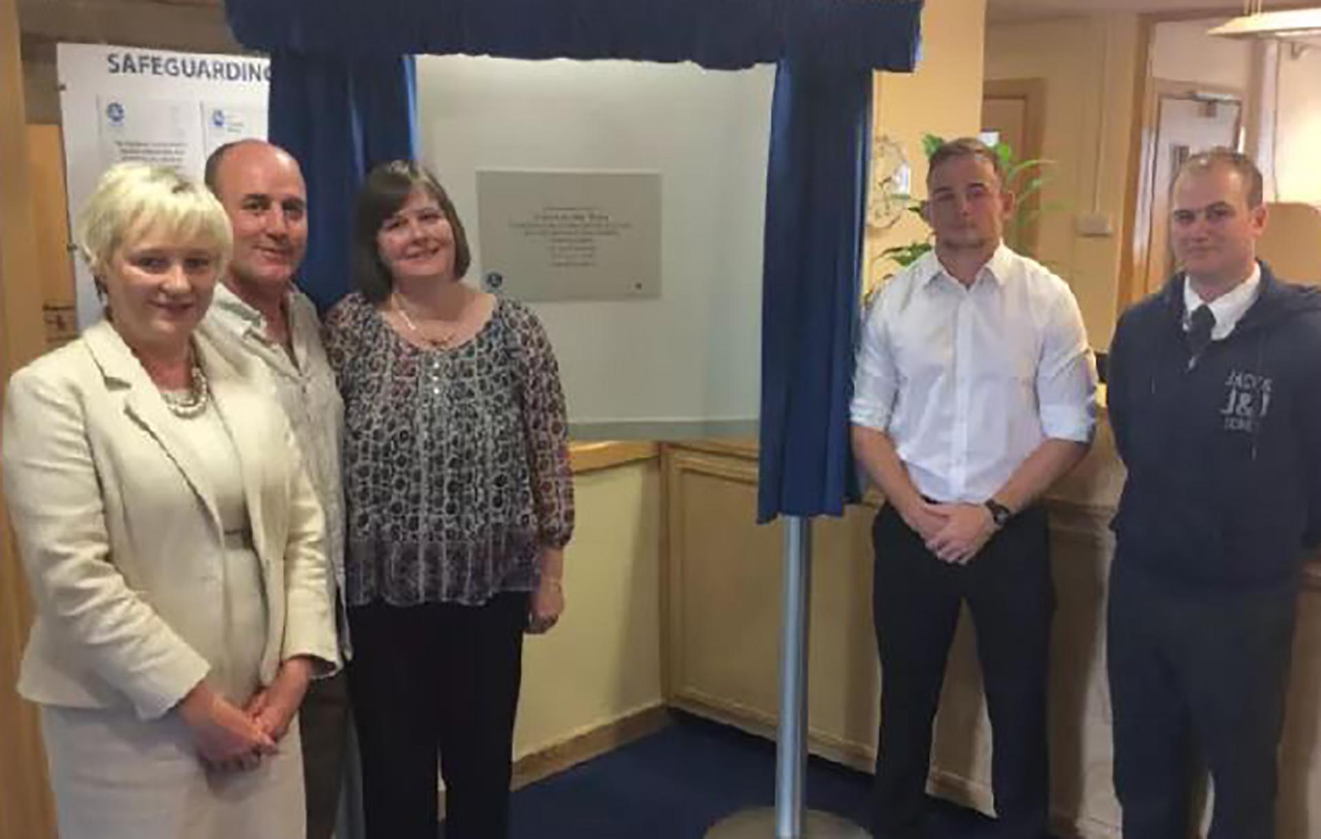 Susan Fleming (centro) en el homenaje que le hicieron a su hermano en la Lodge Park Academy, en la ciudad de Corby, donde estudió