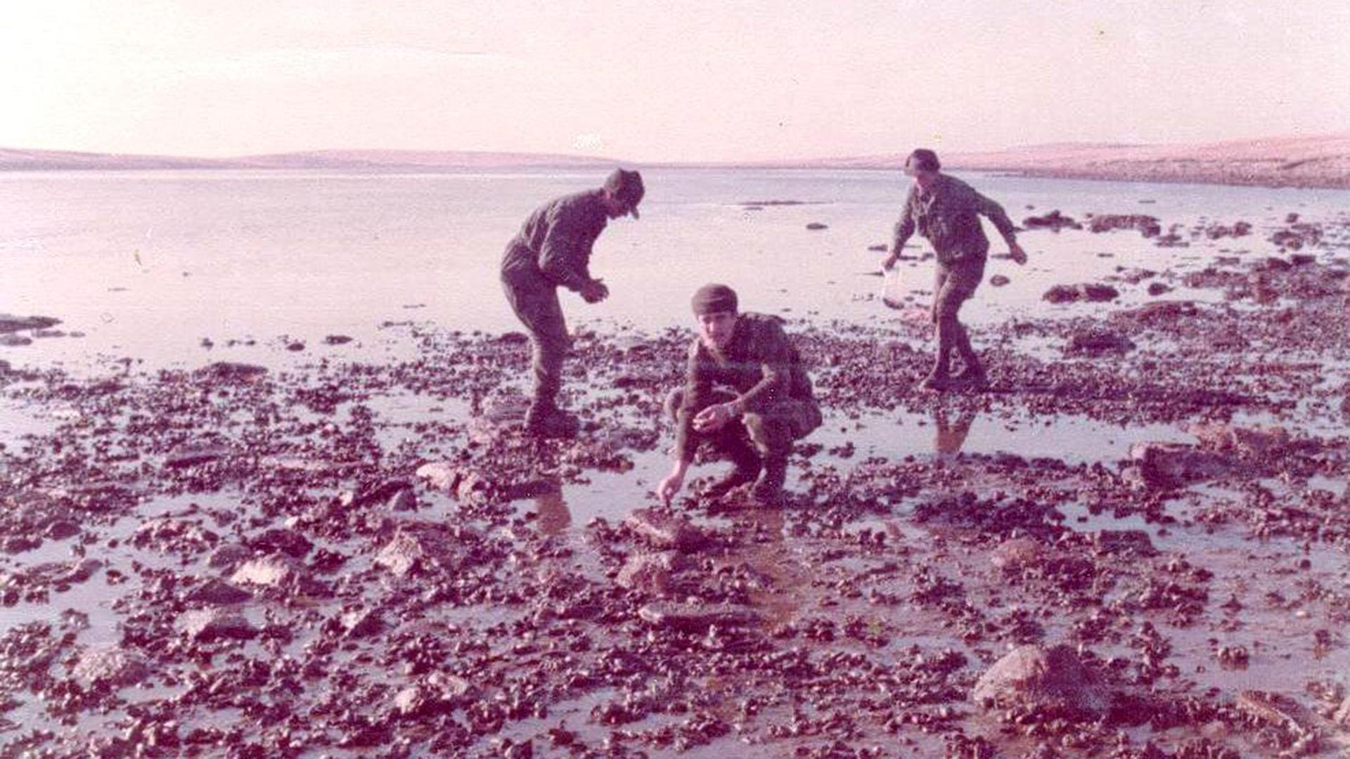 El joven teniente colocando minas en una de las playas de las islas