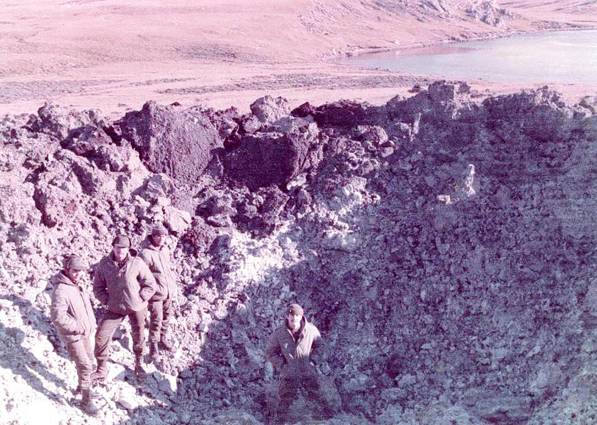 El teniente Arreseigor dentro del gigantesco cráter formado por las bombas lanzadas por la aviación británica