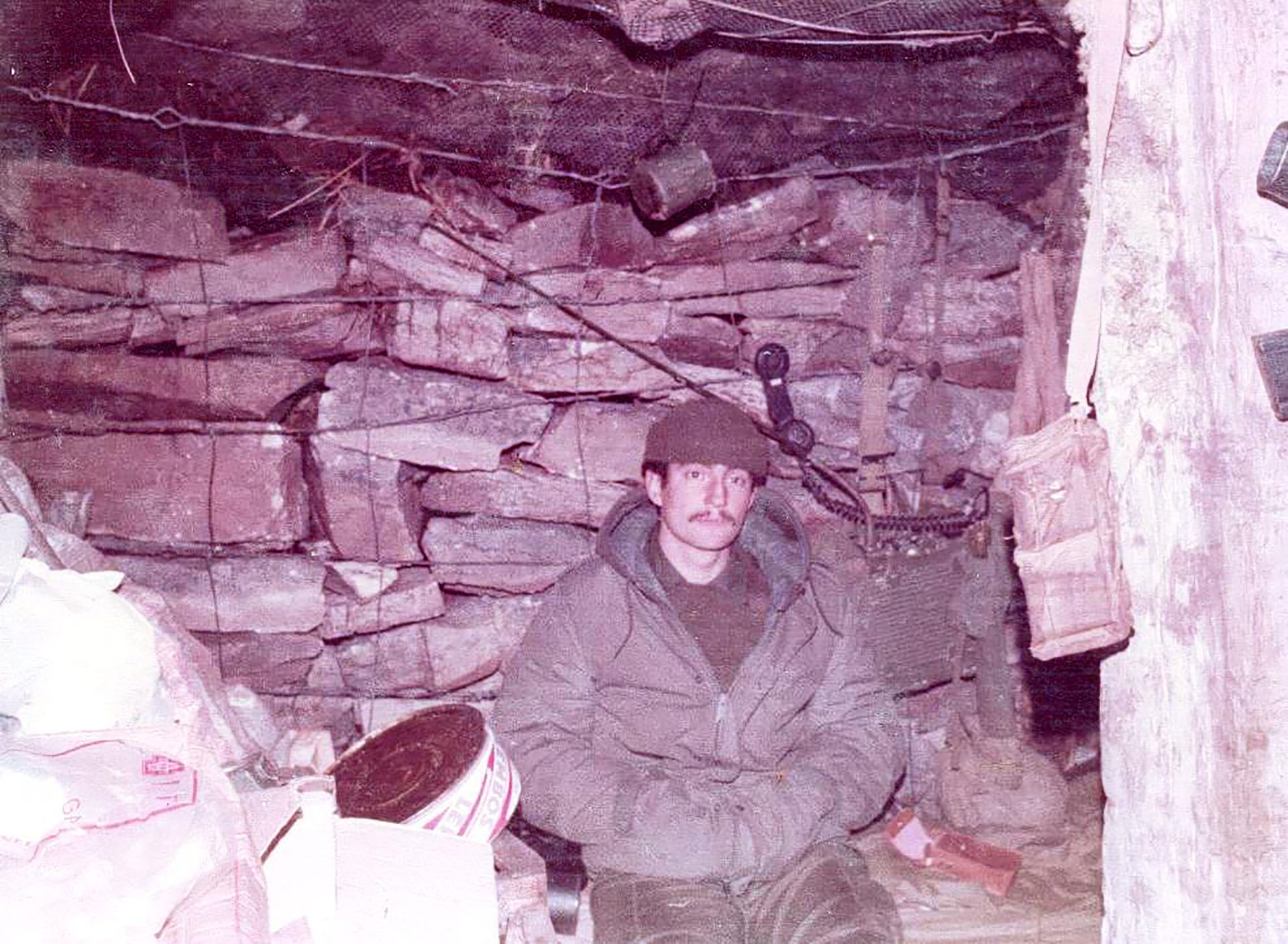 Malvinas 1982: Diego Carlos Arreseigor en su refugio en Monte Longdon