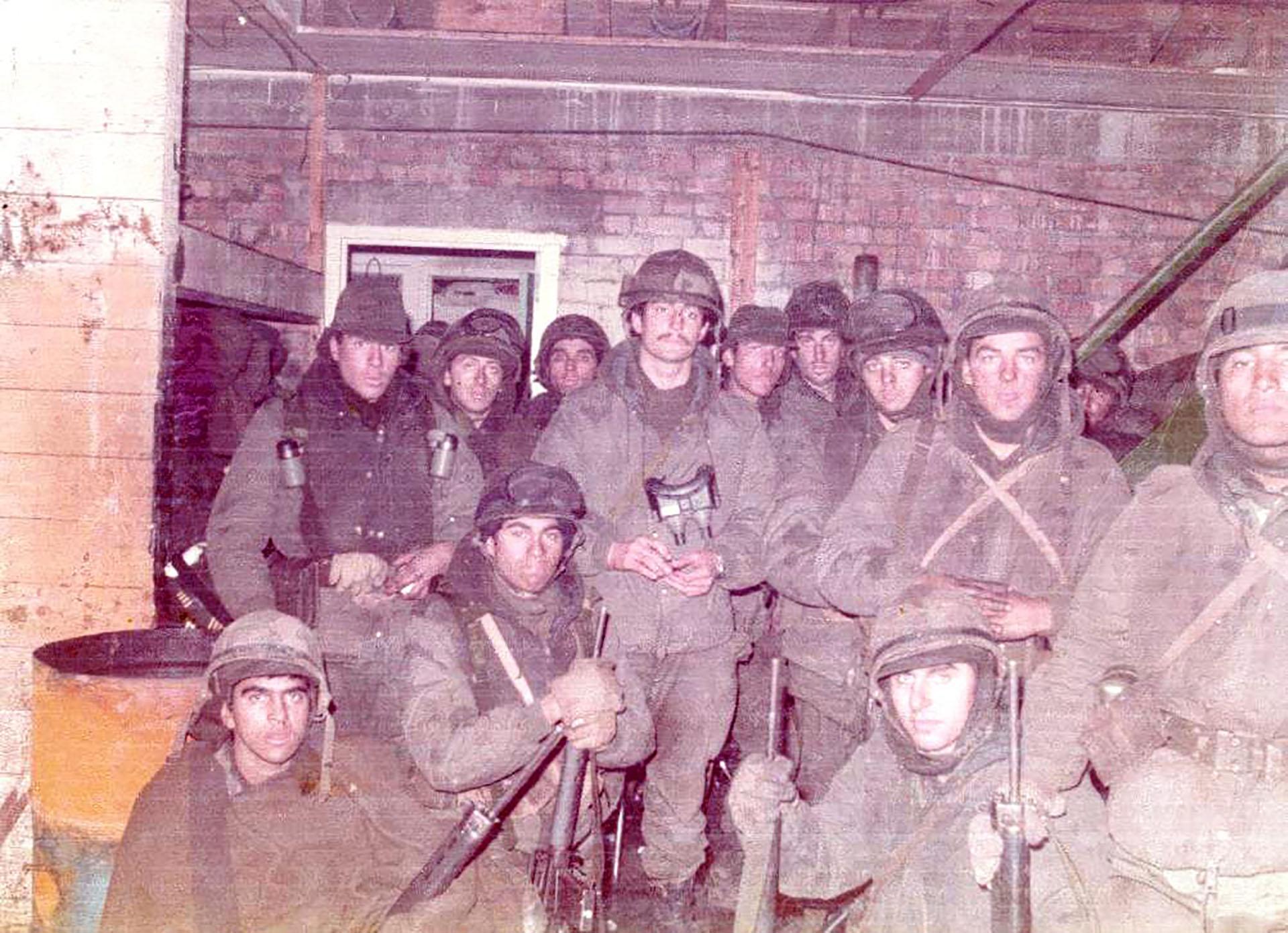 """Arreseigor (centro) junto a sus soldados: """"mi único consuelo es que volvieron todos los hombres de mi sección"""", dice"""