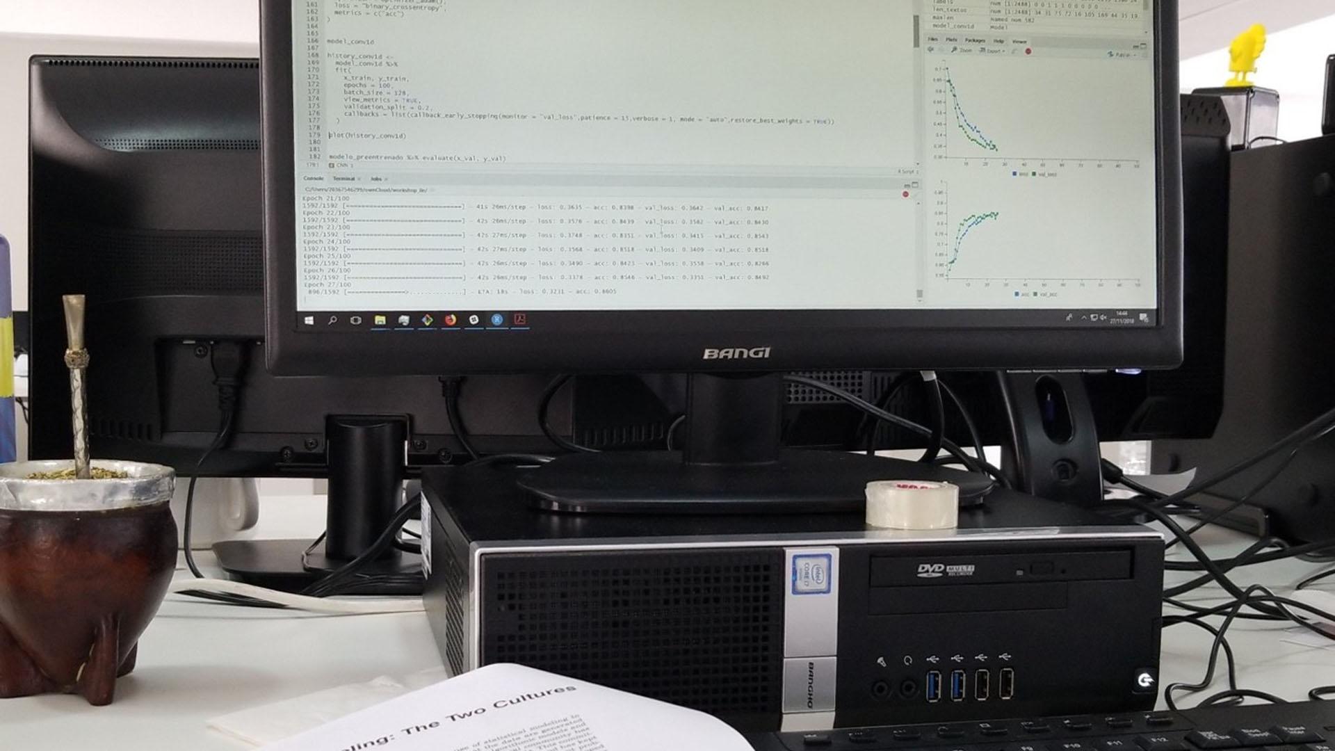 Gráficos, fórmulas y datos en la computadora de Diego Kozlowski.