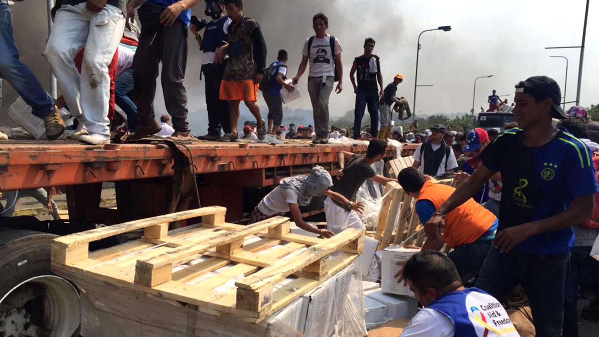 Voluntarios denunciaron que los militares veenzolanos dejaron ingresar los camiones para quemarlos. (Foto NTN24)