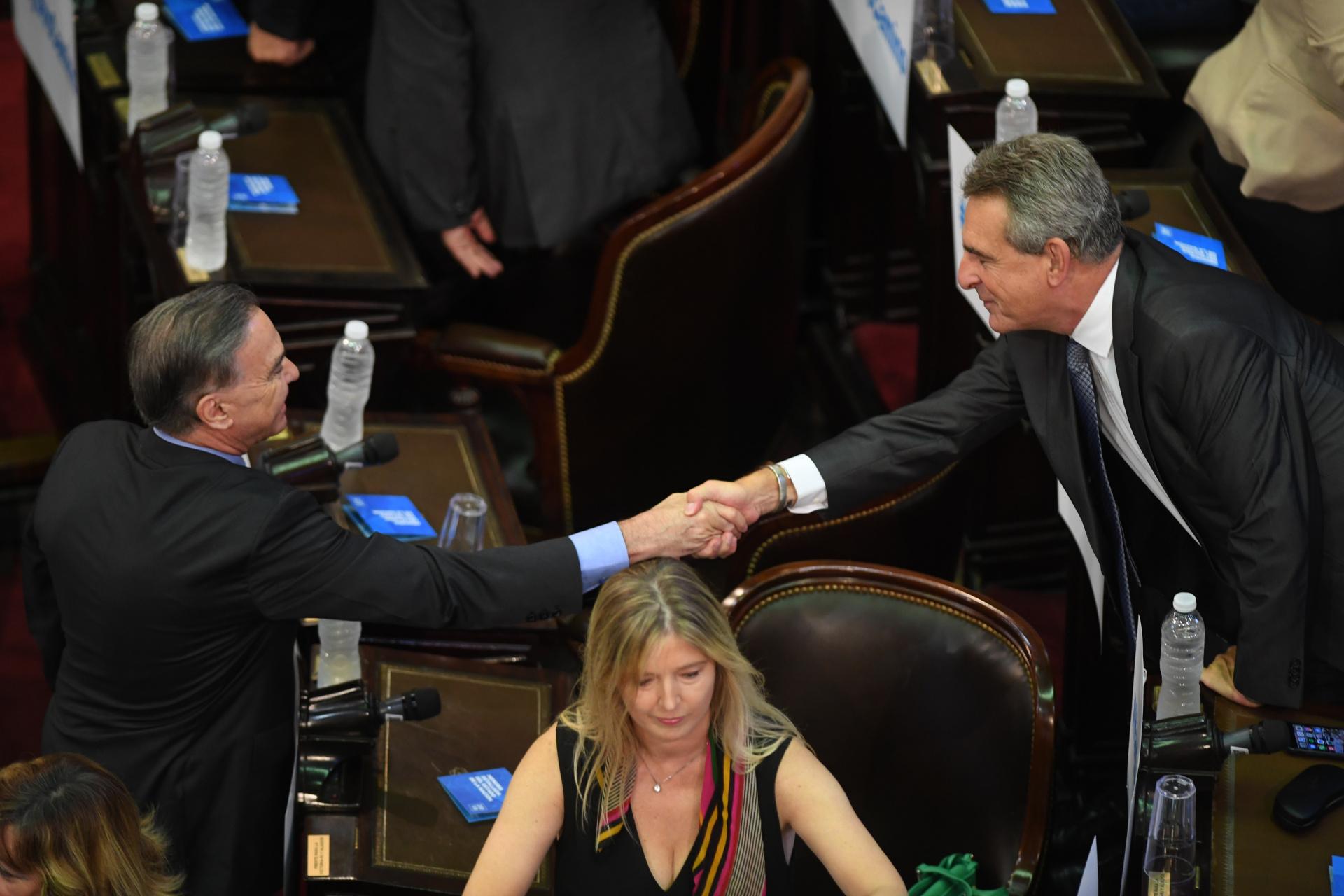 Antes compañeros, ahora en veredas opuestas: Agustín Rossi saluda a Miguel Ángel Pichetto
