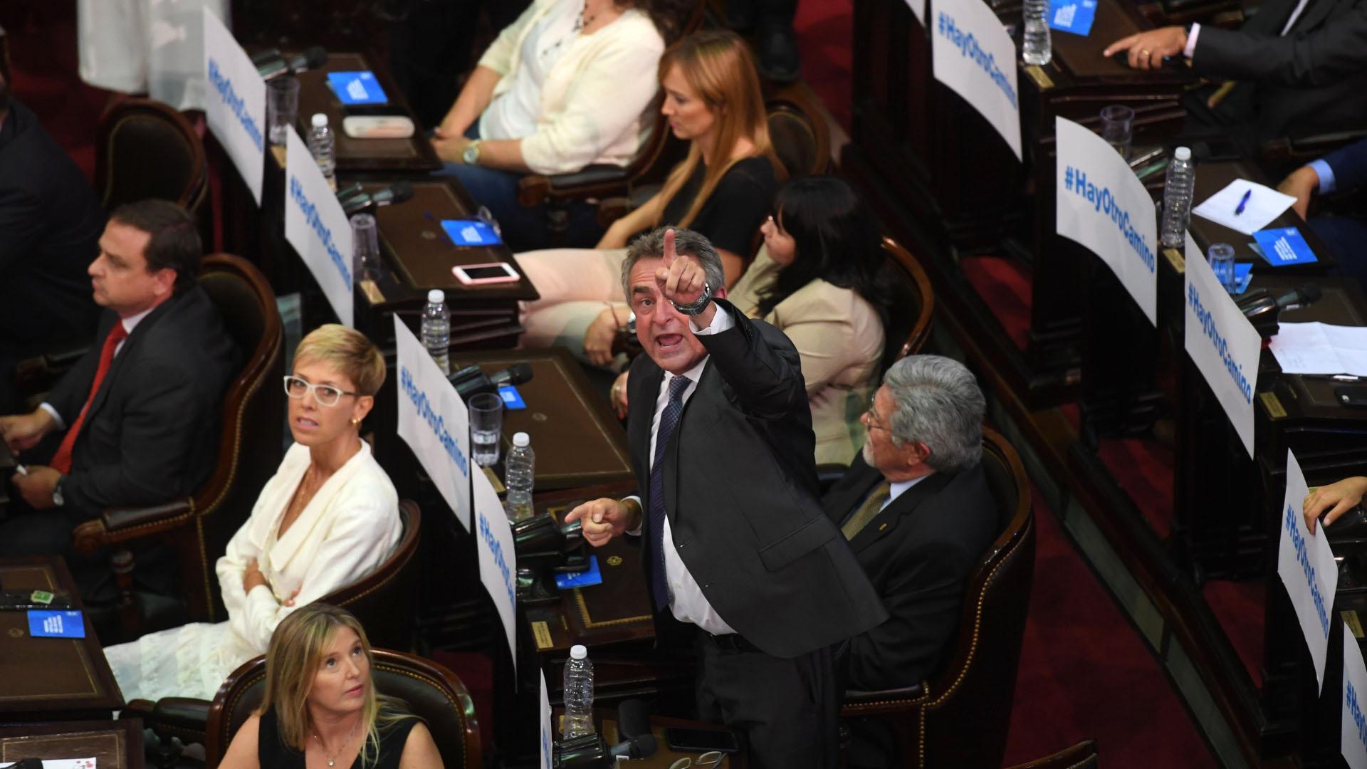 Agustín Rossi, enojado, señala los palcos de la Cámara de Diputados (Maximiliano Luna)