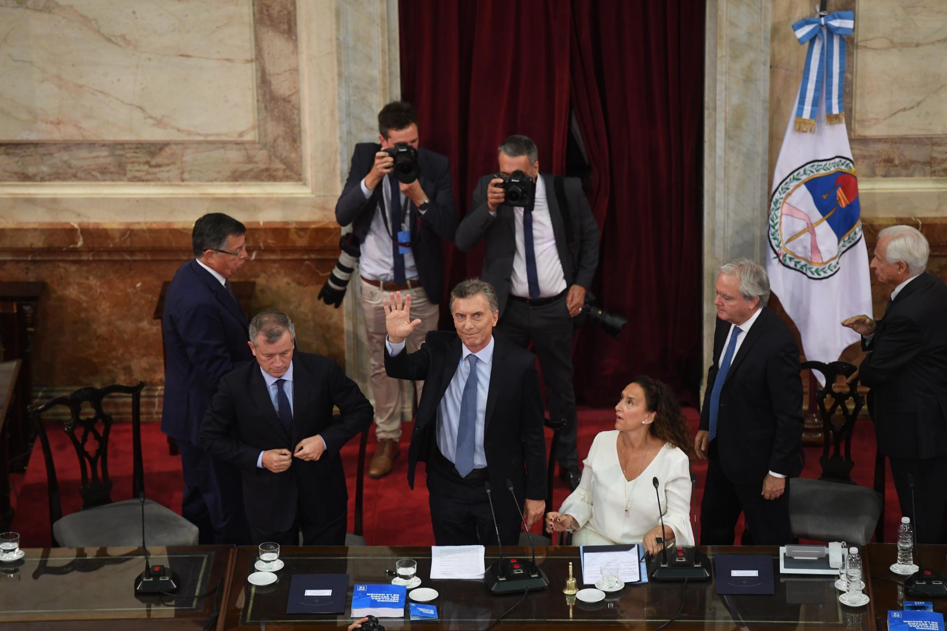 Macri saluda antes de retirarse de la sesión