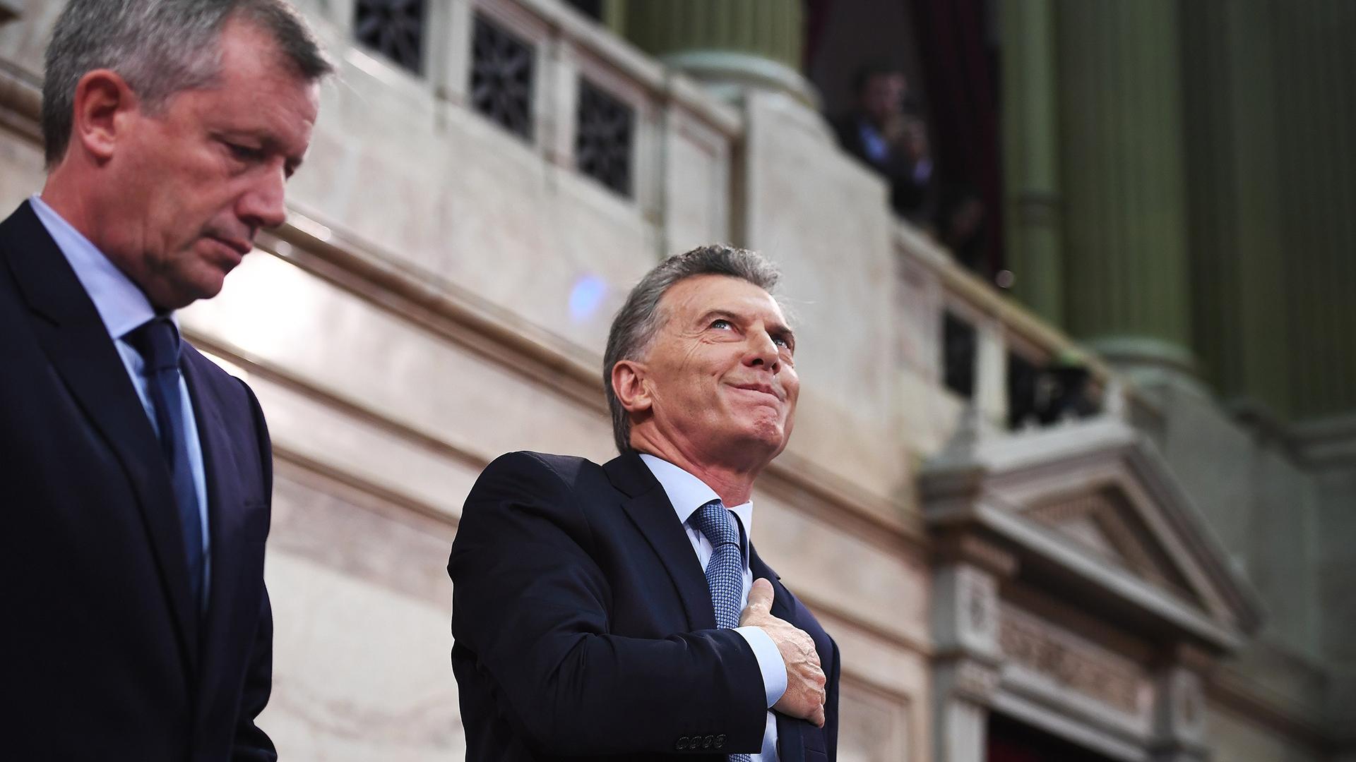 Macri saluda a los palcos, el presidente de la Cámara de Diputados, Emilizo Monzó, a su derecha