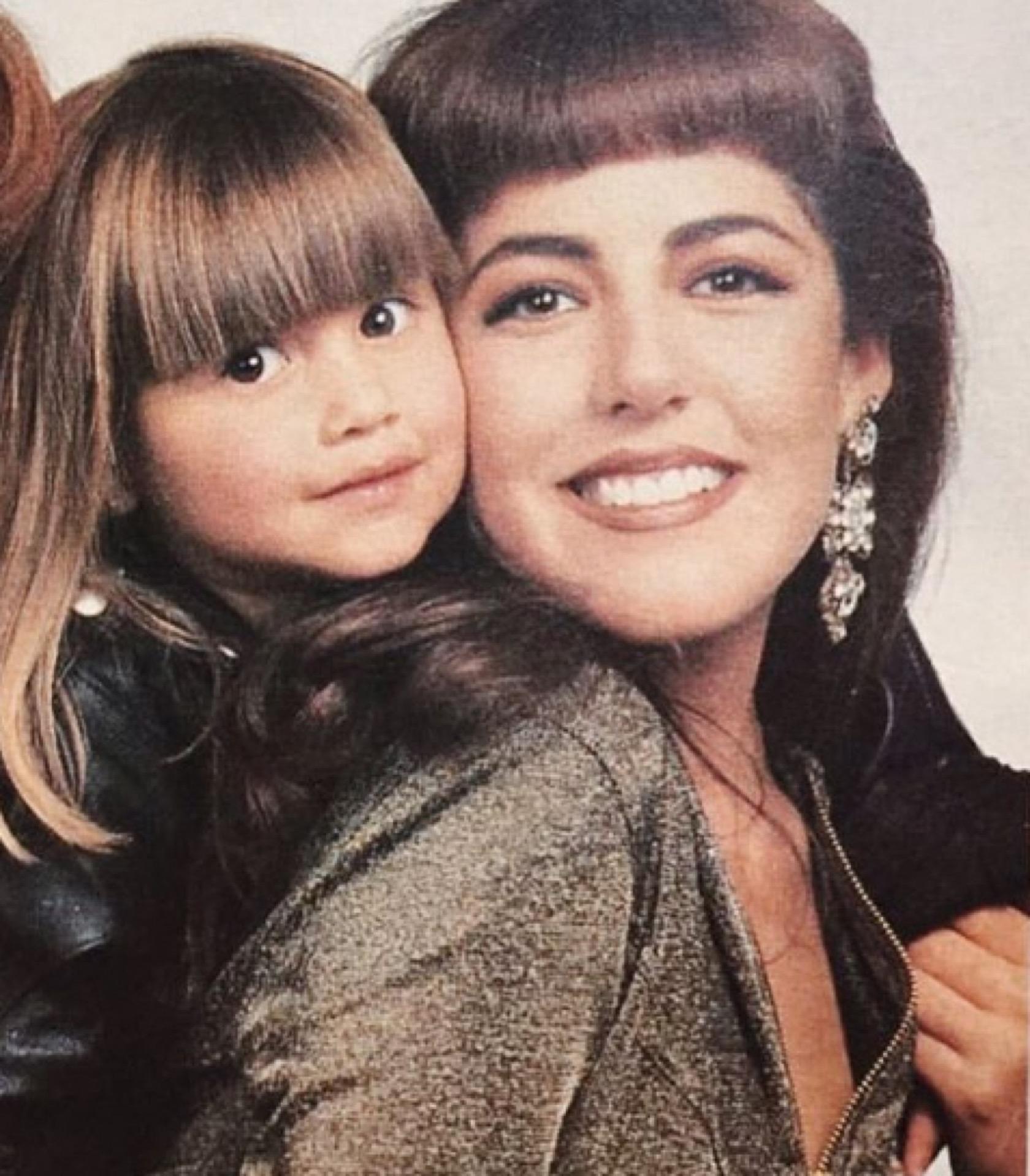Michelle en su infancia, junto a su mamá, Stephanie Salas.