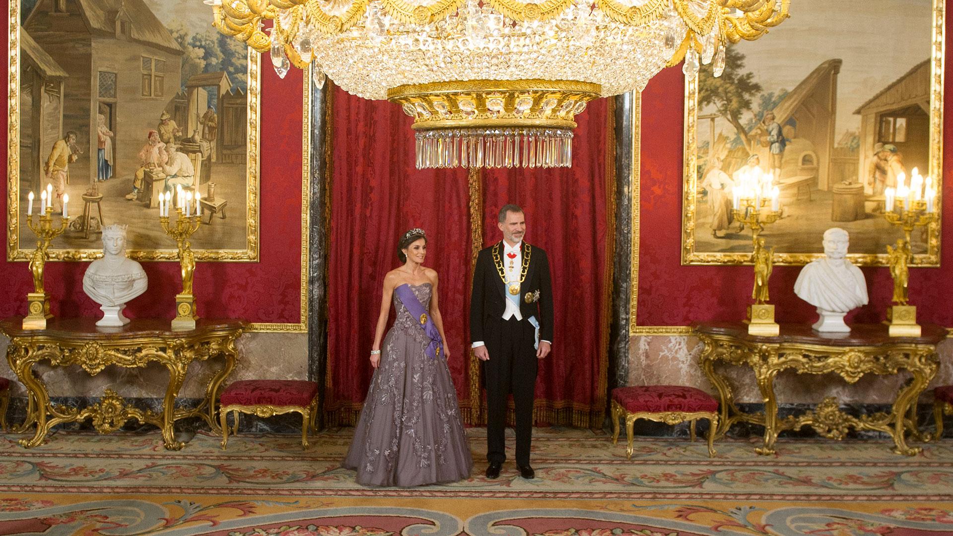 En todas sus apariciones públicas, los monarcas españoles impactan por su elegancia.