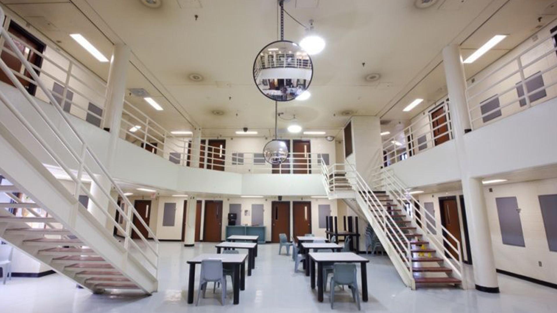 La mujer señaló que los reos aprovechaban los estrechos pasillos de la cárcel para mostrar conductas sexuales inadecuadas (Foto: Especial)