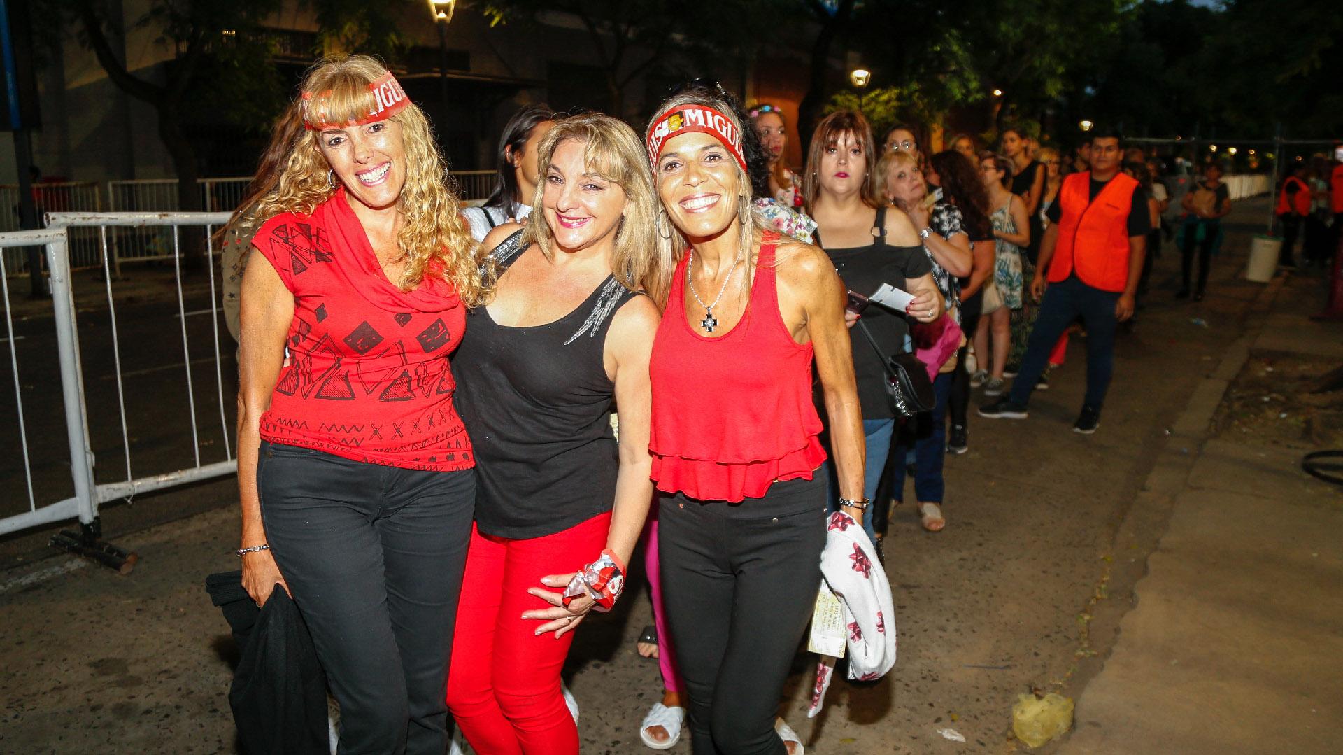 Vinchas y mucho color entre sus fans durante la previa del show