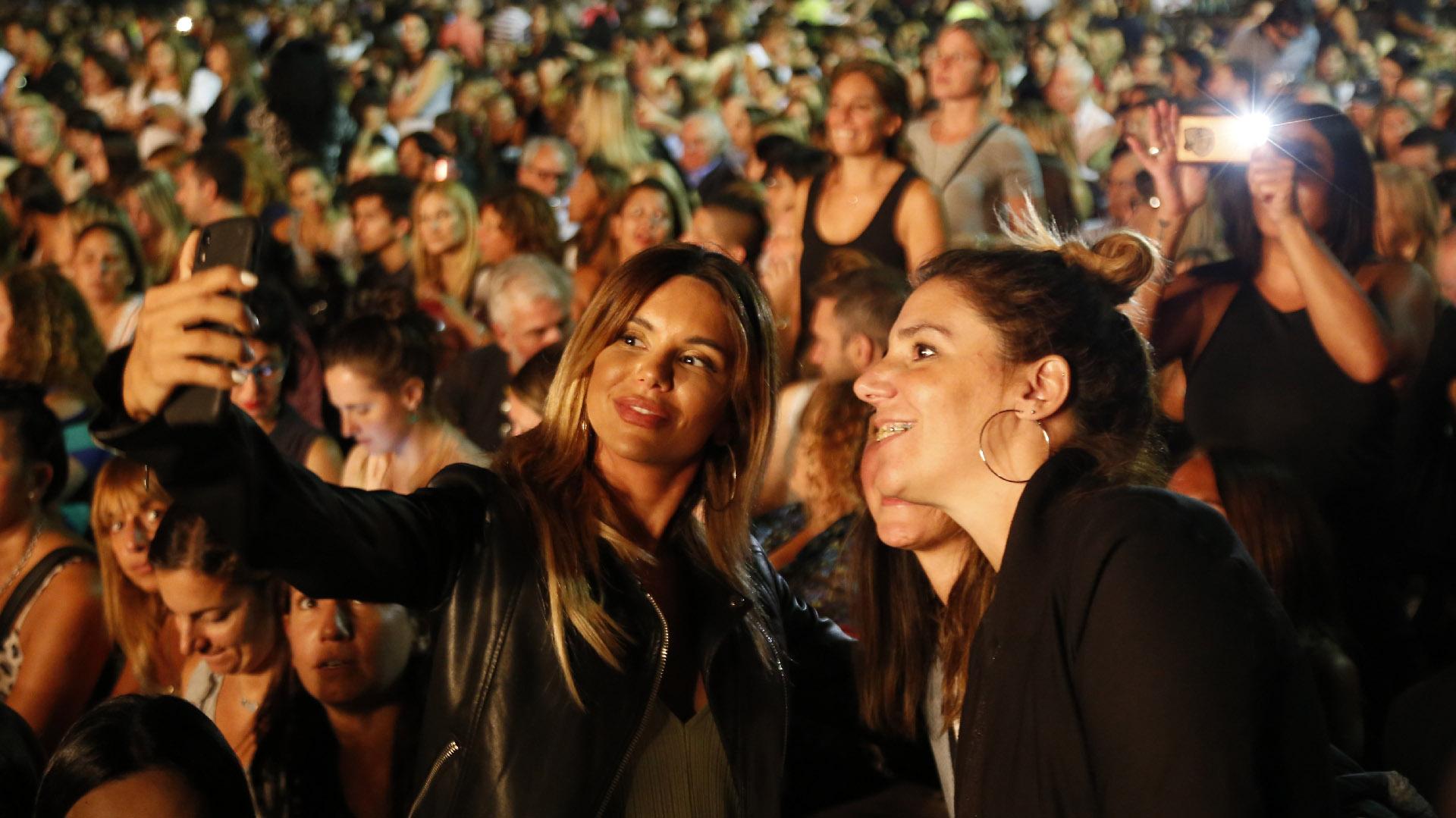 Selfies y fotos fueron moneda corriente entre un público mayoritariamente femenino