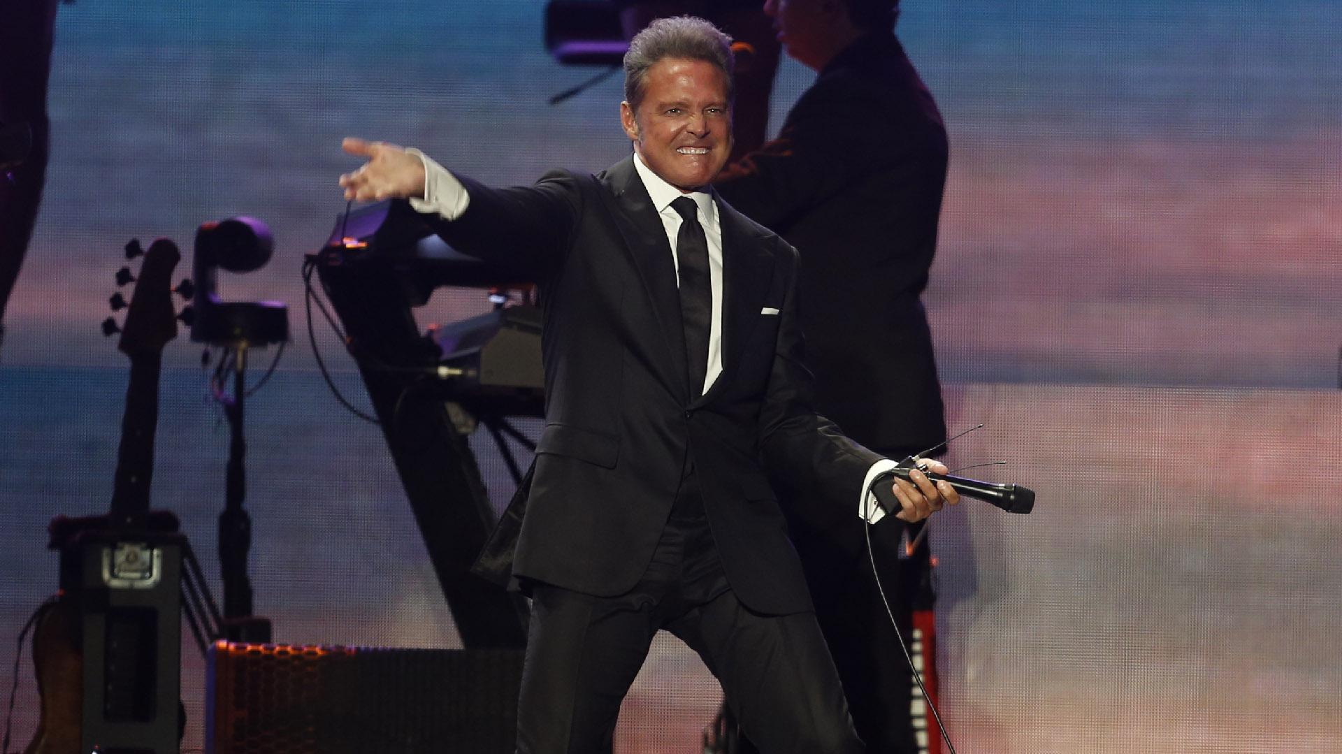 El cantante mexicano hizo su aparición sobre el escenario a las 21.45