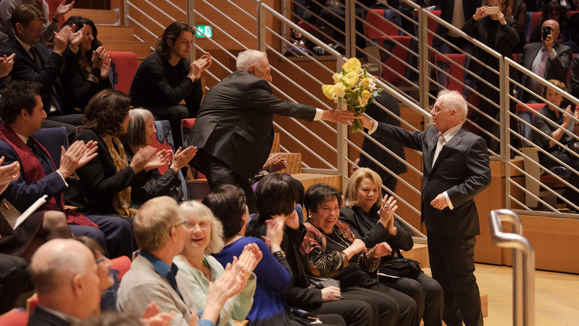 El arquitecto Frank Gehry junto a Barenboim en el concierto del 28/02. Foto © Peter Adamik